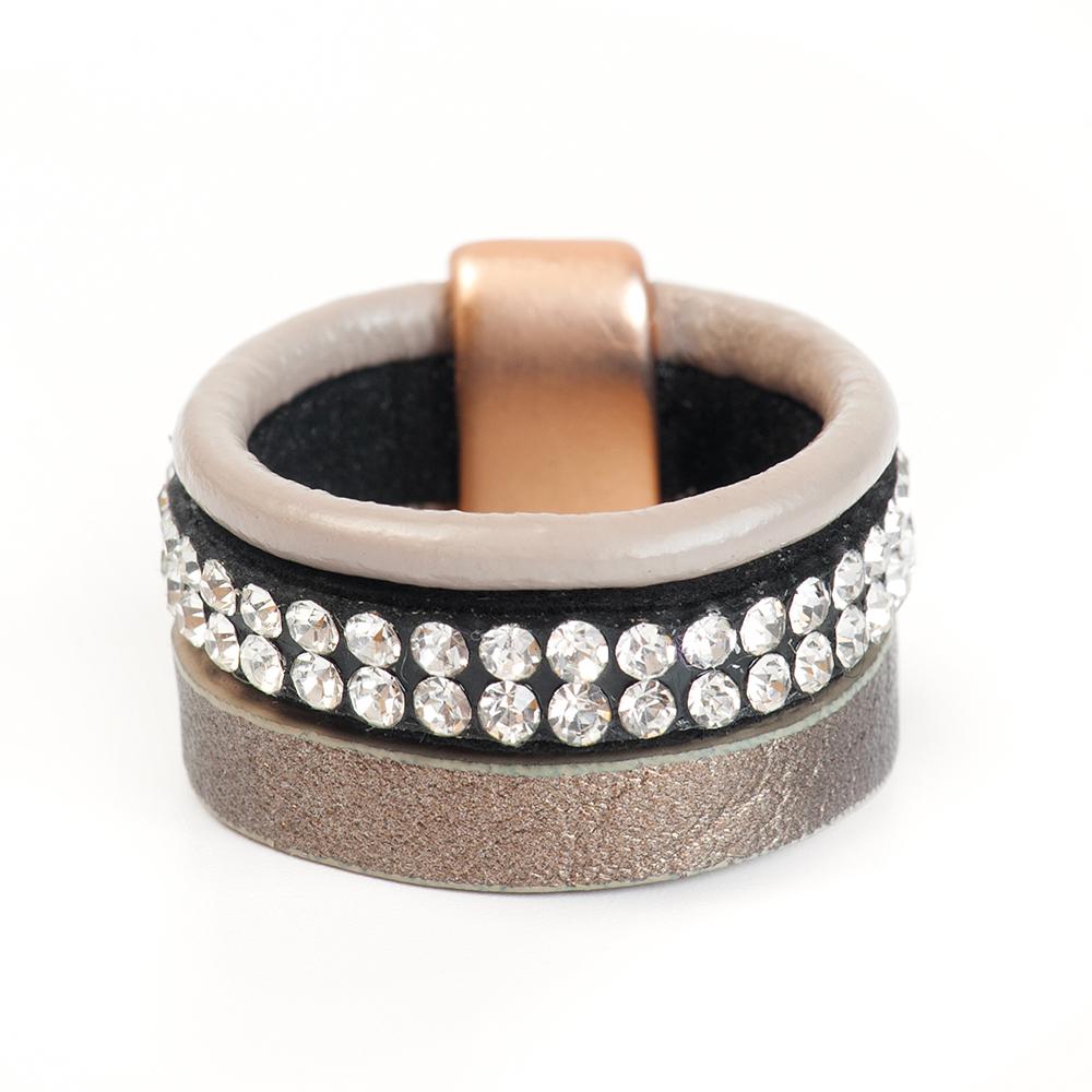 Кольцо Selena, цвет: бежевый, золотистый, черный. 60026248. Размер 18Коктейльное кольцоОригинальное кольцо Selena выполнено из натуральной кожи и латуни с гальваническим покрытием золотом. Кольцо декорировано кристаллами Preciosa.Элегантное кольцо Selena превосходно дополнит ваш образ и подчеркнет отменное чувство стиля своей обладательницы.