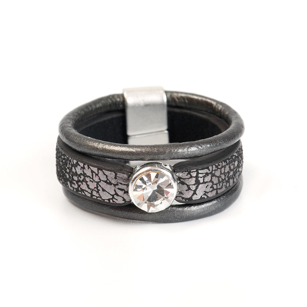 Кольцо Selena, цвет: серый, черный. 60026317. Размер 17Коктейльное кольцоОригинальное кольцо Selena выполнено из натуральной кожи и латуни с гальваническим покрытием родием. Кольцо декорировано кристаллами Preciosa.Элегантное кольцо Selena превосходно дополнит ваш образ и подчеркнет отменное чувство стиля своей обладательницы.