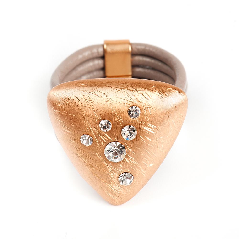 Кольцо Selena, цвет: бежевый, золотистый. 60026357. Размер 17Коктейльное кольцоОригинальное кольцо Selena выполнено из натуральной кожи и латуни с гальваническим покрытием золотом. Кольцо декорировано кристаллами Preciosa.Элегантное кольцо Selena превосходно дополнит ваш образ и подчеркнет отменное чувство стиля своей обладательницы.