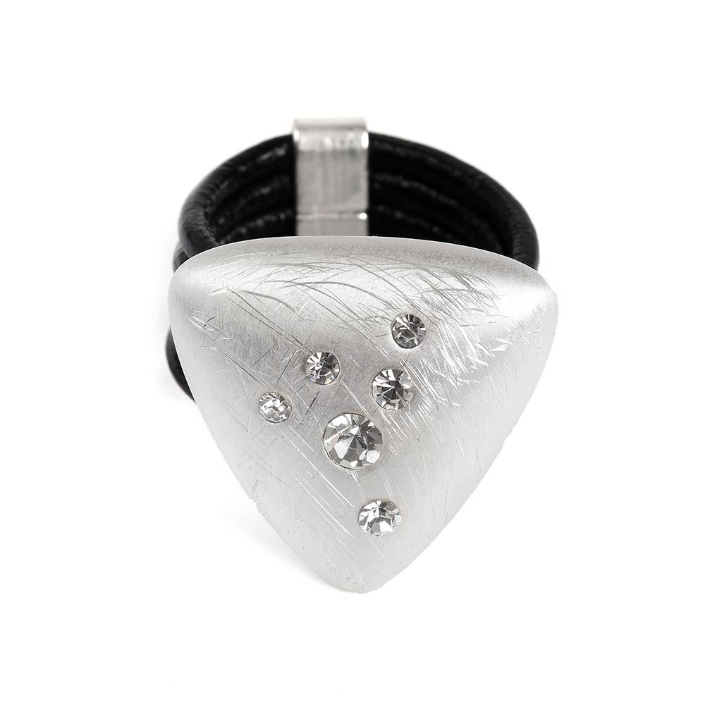 Кольцо Selena, цвет: серебристый, черный. 60026368. Размер 18Коктейльное кольцоОригинальное кольцо Selena выполнено из натуральной кожи и латуни с гальваническим покрытием родием. Кольцо декорировано кристаллами Preciosa.Элегантное кольцо Selena превосходно дополнит ваш образ и подчеркнет отменное чувство стиля своей обладательницы.