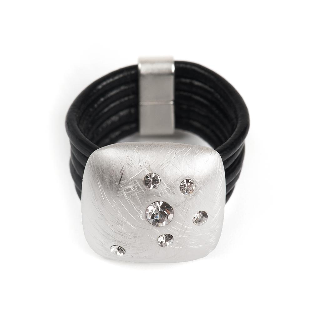 Кольцо Selena, цвет: серебристый, черный. 60026387. Размер 17Коктейльное кольцоОригинальное кольцо Selena выполнено из натуральной кожи и латуни с гальваническим покрытием родием. Кольцо декорировано кристаллами Preciosa.Элегантное кольцо Selena превосходно дополнит ваш образ и подчеркнет отменное чувство стиля своей обладательницы.