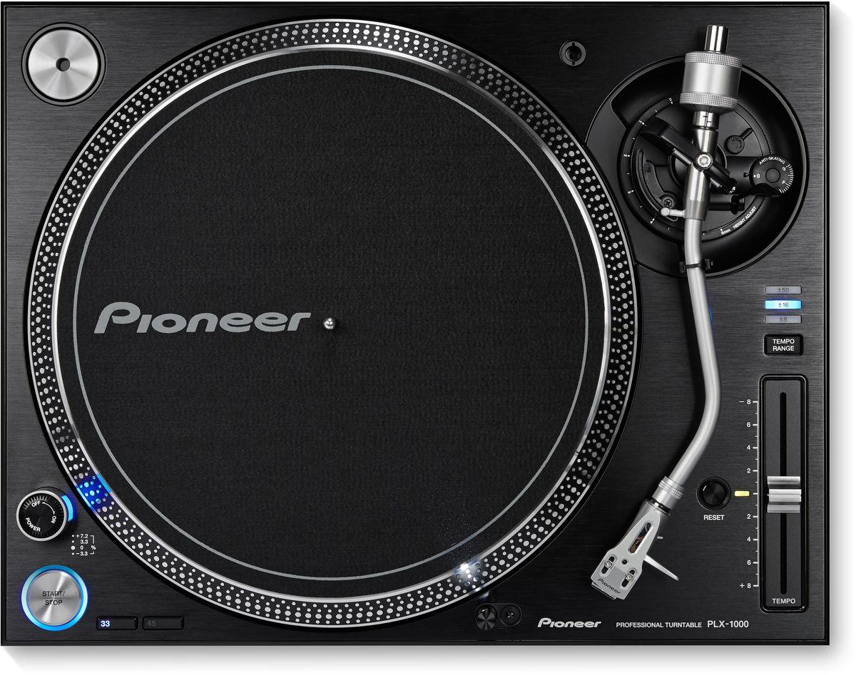 Pioneer PLX-1000 проигрыватель виниловых дисков профессиональный354119Pioneer PLX-1000 разработан специально для диджеев с учетом полувекового опыта Pioneer в производстве высококачественных виниловых проигрывателей. В результате чего был создан знакомый всем прибор с инновационными функциями: прямым приводом с быстрым стартом, переключением диапазона питча, профессиональным качеством звука и сборки, а также отсоединяемыми кабелями. Конструкция этого проигрывателя виниловых пластинок Pioneer прекрасно поглощает вибрацию и позволяет с большой точностью воспроизводить высококачественное аудио. Усовершенствования последнего поколения, внесенные в PLX-1000, — огромный плюс для профессиональных диджеев и любителей винила. Благодаря прямому приводу и начальному крутящему моменту в 4,5 кг/см, ваши пластинки наберут скорость вращения в 33 1/3 оборотов в минуту всего за треть секунды. Это гарантия стабильного вращения и исключительное управление.Чтобы импеданс был низким, а качество звука на выходе — потрясающим, PLX имеет профессиональные позолоченные разъемы RCA. Сетевой и аудио кабели на проигрывателе сменные.Уникальность вертушки — в многоуровневом управлении темпом. Помимо стандартно изменяемой скорости в ±8%, можно также выбрать диапазон ±16% или ±50%. Кнопка сброса мгновенно возвратит скорость к оригинальной.Двигатель: 3-фазный / двигатель постоянного тока бесщеточныйЭлектронный тормозУгол погрешности трэкинга: 3°Диапазон регулировки высоты: 6 ммВес картриджа: 3.5 - 13 г