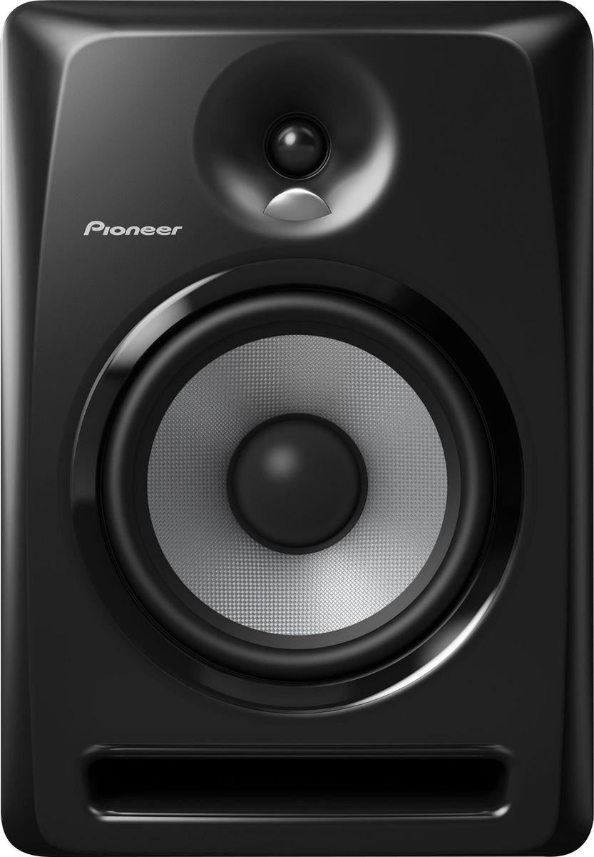 Pioneer S-DJ80X активная акустическая система344Мониторы воспроизводят точный звук во всем частотном диапазоне и способны прекрасно передавать низкие частоты даже на высокой громкости. Динамики сделаны из арамидного волокна с технологией крепления, предотвращающей возникновение резонансов. Вся серия S-DJ X оснащена однодюймовыми твитерами с использованием технологии производства конвекционных диффузоров DECO компании TAD, а биампинговая система усиления класса АВ способствует воспроизведению сбалансированного звучания всех частот без потери качества.Благодаря наличию нескольких входов, регулировки громкости и высоких частот, автоотключения и включения, S-DJ X прекрасно подойдут как для профессионального, так и для любительского диджеинга.Твитеры с выпуклыми диффузорами TAD воспроизводят пространственный высокочастотный сигнал: однодюймовые мягкие купольные твитеры разработаны с применением технологии DECO, применяемой в известных мониторах TAD Pro TSM-2201-LR, которые можно видеть в профессиональных студиях по всему миру. Диффузоры имеют пространственную направленность для наиболее комфортного контроля высоких частот. Арамидное волокно и фронтальная система отражения баса гарантирует воспроизведение мощных низких частот. Направленность низких частот смещена во фронтальном направлении, а конструкция мониторов способствует легкому выходу воздушных потоков. Динамики сделаны из арамидного волокна и больших магнитов с креплением, предотвращающим образование резонансов.Автоотключение и включение исключают необходимость каждый раз включать питание на задней панели: мониторы автоматически переходят в режим ожидания, если на них не поступает сигнал в течении 25 минут, и начинают работать при подаче сигнала. Для улучшения тока воздуха через порт фазоинвертора в корпусе сделаны отверстия порта фазоинвертора с канавками, что позволяет направлять звуковые волны. Этот технический прием уменьшает стоячие волны в устье порта фазоинвертора. В результате можно получить более ровные и