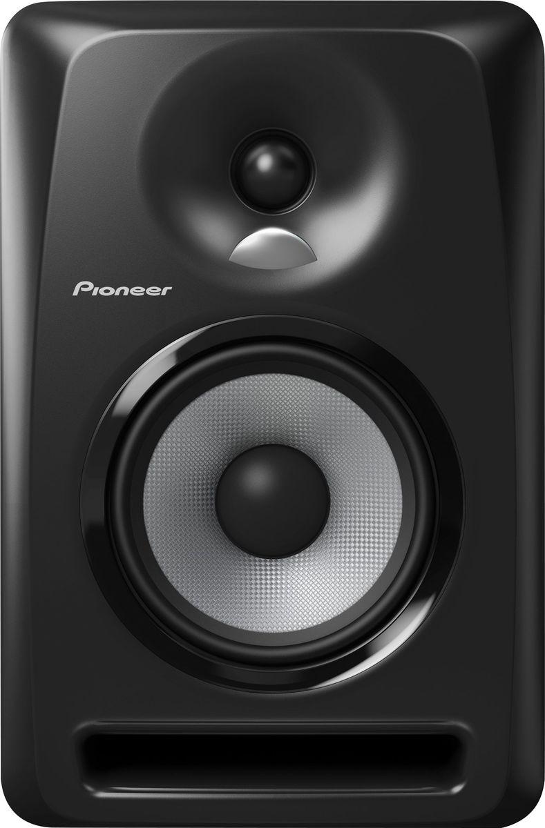 Pioneer S-DJ50X активная акустическая система344562Акустическая система Pioneer S-DJ50X-W воспроизводит точный звук во всем частотном диапазоне и способна прекрасно передавать низкие частоты даже на высокой громкости. Динамики сделаны из арамидного волокна с технологией крепления, предотвращающей возникновение резонансов. Система оснащена однодюймовым твитером с использованием технологии производства конвекционных диффузоров DECO компании TAD, а биампинговая система усиления класса АВ способствует воспроизведению сбалансированного звучания всех частот без потери качества.Благодаря наличию нескольких входов, регулировки громкости и высоких частот, автоотключения и включения, Pioneer S-DJ50X-W прекрасно подойдет как для профессионального, так и для любительского диджеинга.Твитер с выпуклым диффузором TAD воспроизводит пространственный высокочастотный сигнал: однодюймовый мягкий купольный твитер разработан с применением технологии DECO, применяемой в известных мониторах TAD Pro TSM-2201-LR, которые можно видеть в профессиональных студиях по всему миру. Диффузор имеет пространственную направленность для наиболее комфортного контроля высоких частот. Арамидное волокно и фронтальная система отражения баса гарантирует воспроизведение мощных низких частот. Направленность низких частот смещена во фронтальном направлении, а конструкция монитора способствует легкому выходу воздушных потоков. Динамики сделаны из арамидного волокна и больших магнитов с креплением, предотвращающим образование резонансов.Автоотключение и включение исключают необходимость каждый раз включать питание на задней панели: Pioneer S-DJ50X-W автоматически переходит в режим ожидания, если на него не поступает сигнал в течении 25 минут, и начинает работать при подаче сигнала. Для улучшения тока воздуха через порт фазоинвертора в корпусе сделаны отверстия порта фазоинвертора с канавками, что позволяет направлять звуковые волны. Этот технический прием уменьшает стоячие волны в устье порта фазоинвертора. В резу