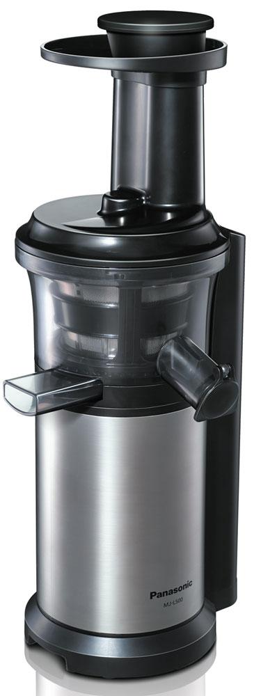 Panasonic MJ-L500NTQ шнековая соковыжималкаMJ-L500NTQС соковыжималкой Panasonic MJ-L500 вы получите однородный сок с насыщенным вкусом, богатый питательными веществами. С помощью насадки для замороженных фруктов и овощей можно готовить полезные для здоровья десерты.Благодаря невысокой скорости вращения шнека - 45 об/мин., питательные вещества не разрушаются в результате нагрева при трении. Это высокоэффективный способ получения питательных веществ.Вы можете отжимать сок как из твердых, так и из мягких фруктов и овощей, поскольку нижняя часть шнека изготовлена из нержавеющей стали.На носике чаши соковыжималки предусмотрена специальная прорезиненная крышка Анти-капля.Поверх сетки соковыжималки надевается специальная силиконовая щетка. Во время работы прибора щетка вращается автоматически, удаляя мякоть с поверхности сетки, не позволяя фильтру забиться.Прорезиненные ножки обеспечивают дополнительную устойчивость прибору.Автоматическая самоочисткаСкорость вращения шнека: 45 об/минПредотвращение перегреваНасадка для замороженных фруктов и овощейЧистящая щёточкаЗащитная блокировка цепи