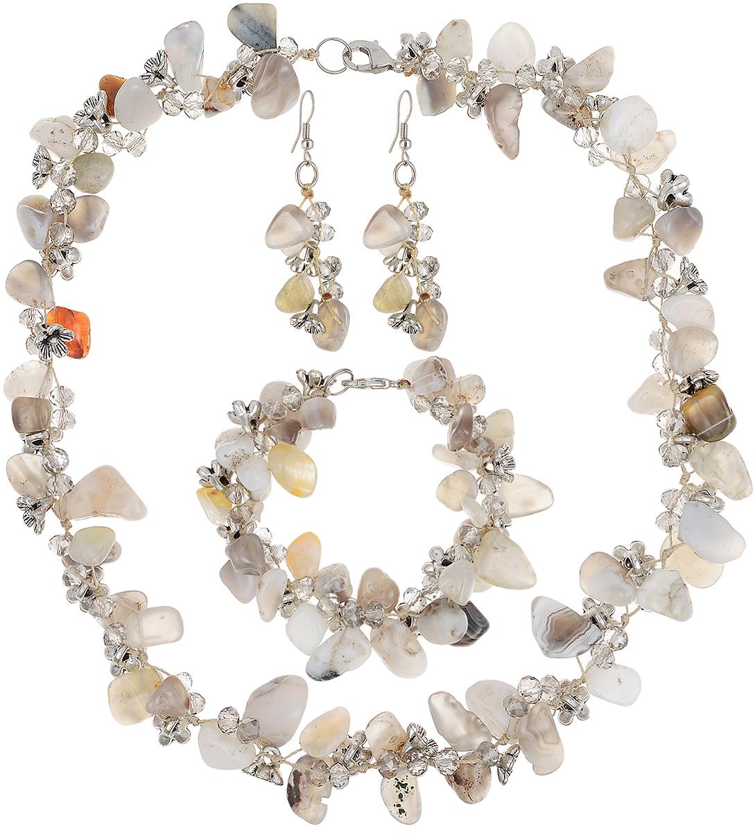 Комплект бижутерии Art-Silver: ожерелье, браслет, серьги, цвет: серый. СМЦ36-6-956Бусы-ошейникВеликолепный комплект бижутерии Art-Silver состоит из оригинального ожерелья, сережек и браслета. Изделия выполнены из бижутерного сплава, камня халцедонаи кристаллов. Серьги дополнены удобным замком-петлей, что обеспечивает надежное удержание серьги. Колье застегивается на застежку-карабин. Браслет так же застегивается на замок-карабин.