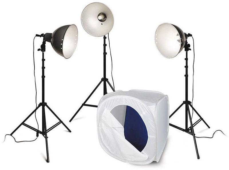 Rekam Light Macro Kit комплект с лайт-кубом 75х75х75 см1519000015Комплект Rekam Light Macro Kit состоит из трех нерегулируемых по мощности галогенных ламп по 250 Вт с цветовой температурой 3200 °К, трех легких штативов, трех рефлекторов, и одного лайт-куба 75х75х75 см.Отличительной чертой входящих в комплект осветителей является конструкция крепежного узла патрона, который позволяет менять угол светового потока и имеет крепления для вставки фото зонта, с диаметром ножки до 9 мм. Керамические патроны рассчитаны на длительный срок службы при высоких температурах.Данный комплект предназначен для съемки небольших предметов, бюстовых портретов, фотографий на документы или виньетки. Благодаря небольшим размерам и легкости, комплект удобен для выездной съемки, и съемки фото- и видео в домашних условиях. Благодаря простоте использования, комплект может служить отличным учебным оборудованием для начинающих фотографов, приступающих к работе с постоянным светом.
