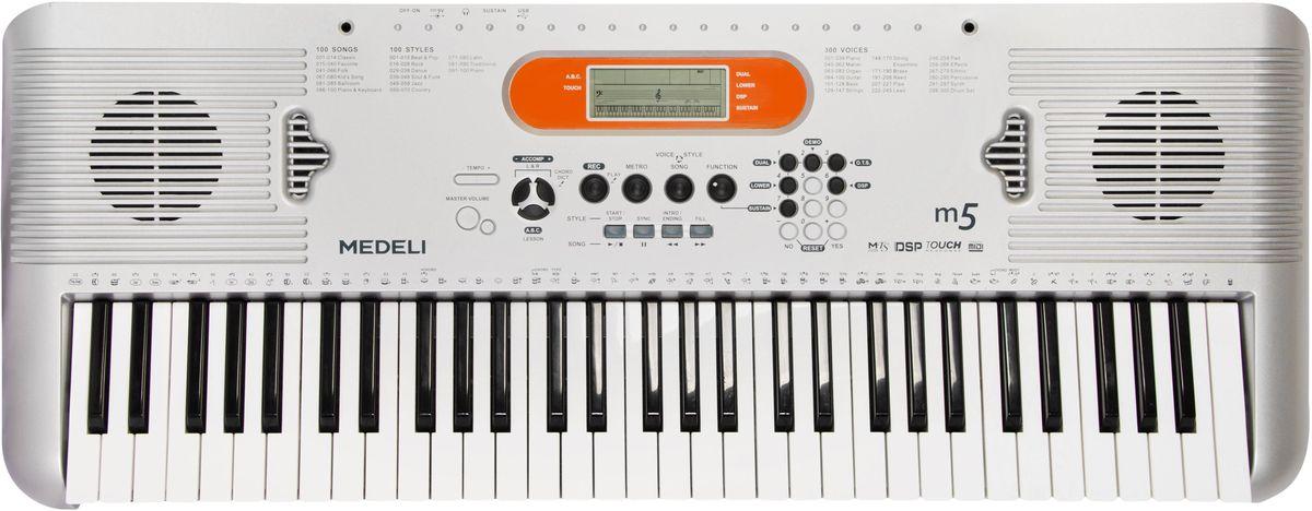 Medeli M5 цифровой синтезаторM5Синтезатор Medeli M5 разработан для новичков, желающих освоить приемы игры на клавишном инструменте. Это бюджетная модель с динамической клавиатурой, которая составляет серьезную конкуренцию аналогичной продукции более именитых брендов. При этом по стоимости модель тайванских производителей намного доступнее.Статическая клавиатура не реагирует на силу нажатия. Это лишает инструмент динамики звучание и не дает возможности исполнителю передать экспрессию игры. В противовес ей динамическая клавиатура, которая установлена на модели M5, предоставляет возможность раскрыться полностью и исполнителю, и возможностям инструмента. Обученный музыкант способен на таком синтезаторе передать слушателю не только мелодию, но и соответствующее настроение.Более того, динамическая клавиатура дает возможность молодым музыкантам прочувствовать инструмент и выработать собственный стиль исполнения. В помощь молодым талантам производители снабдили инструмент солидной библиотекой встроенных стилей и мелодий. Синтезатор Medeli M5 имеет на борту 100 стилей, 100 встроенных песен и 300 тембров различных музыкальных инструментов. Этих возможностей в сочетании с 32-нотной полифонией достаточно не только для обучения, но и для любительских выступлений.Коммуникабельное устройство оснащено USB-интерфейсом, через который инструмент можно подключать к компьютеру и использовать в качестве миди клавиатуры. Гнездо под наушники позволяет заниматься в полной тишине, а вход для микрофона дает возможность спеть любимую песню. Синтезатор укомплектован контроллером автоаккомпанемента, имеет функцию быстрого доступа, управления занятиями и встроенный рекордер. Модель имеет небольшие габаритные размеры и удобна в транспортировке.