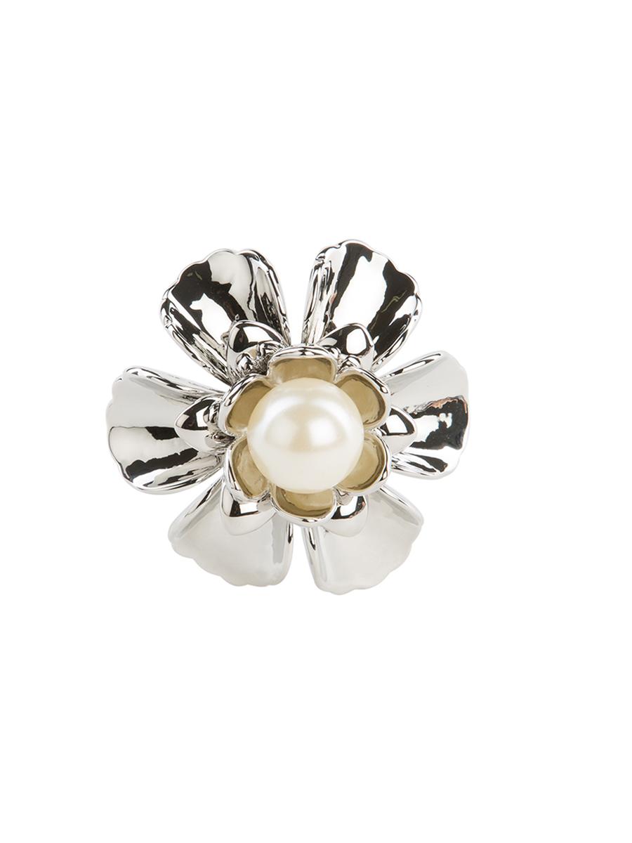 Кольцо для платка Charmante, цвет: серебро. ZK015Кольцо для платкаОригинальное кольцо для платка Charmante выполнено из металла в виде цветка. Кольцо декорировано жемчужной бусиной. Аксессуар с внутренней стороны дополнен кольцами-держателями.Стильное кольцо придаст вашему образу изюминку и подчеркнет индивидуальность.