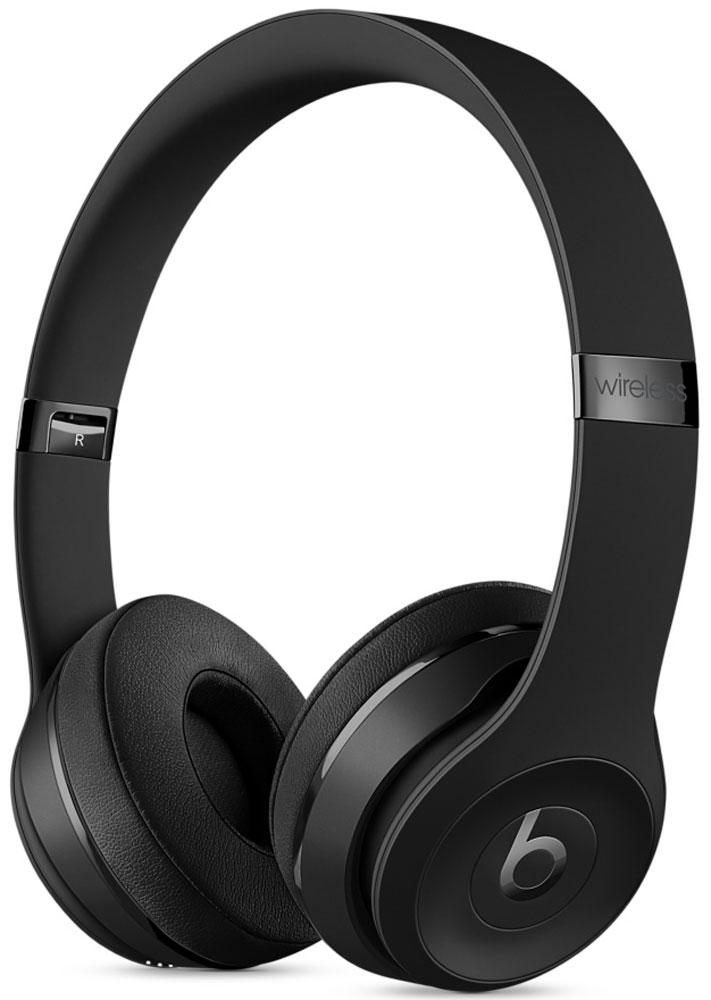 Beats Solo3 Wireless Special Edition, Black наушникиMP582ZE/AНаушники Beats Solo3 могут работать до 40 часов без подзарядки, чтобы вы могли пользоваться ими каждый день. 5-минутной зарядки Fast Fuel хватит ещё на 3 часа воспроизведения. Фирменное звучание Beats в наушниках с технологией Bluetooth класса 1 будет сопровождать вас повсюду — куда бы вы ни отправились. Расположение чашек с мягкими амбушюрами можно регулировать — вы сможете носить их целый день.Беспроводные наушники готовы к работе в любой момент. Включите их и поднесите к своему iPhone — они мгновенно подключатся к нему, а заодно и к вашим Apple Watch, iPad и Mac. В Solo3 с технологией Bluetooth класса 1 вы сможете слушать музыку где бы вы ни были.Неотъемлемая черта Beats Solo3 — знаменитое звучание Beats. Точная настройка акустической системы обеспечивает чистое сбалансированное звучание в широком диапазоне. Мягкие удобные чашки блокируют внешние шумы и позволяют вам услышать все оттенки любимой музыки.В беспроводных наушниках с энергоэффективным процессором Apple W1 вы сможете слушать музыку до 40 часов без подзарядки. 5-минутной подзарядки Fast Fuel вам хватит ещё на 3 часа работы — слушайте музыку практически без остановки. Встроенные элементы управления и сдвоенные микрофоны направленного действия позволяют отвечать на звонки, управлять воспроизведением, регулировать громкость и общаться с Siri — куда бы вы ни отправились.Дизайн Beats Solo3 выдержан в характерном для линейки стиле — выразительном и минималистичном. Расположение чашек с мягкими амбушюрами можно регулировать — вы сможете носить их целый день. Стремительные изгибы, отсутствие видимых винтов и вращающиеся амбушюры дополняют естественную посадку этих наушников, эргономичная конструкция которых рассчитана на обеспечение оптимального комфорта и качества звучания.Совместимость: Apple iPhone, Apple Watch, Apple iPad, Apple Mac.