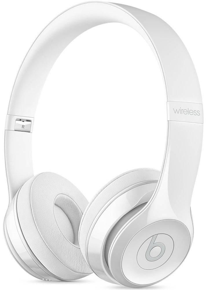 Beats Solo3 Wireless, White наушникиMNEP2ZE/AНаушники Beats Solo3 могут работать до 40 часов без подзарядки, чтобы вы могли пользоваться ими каждый день. 5-минутной зарядки Fast Fuel хватит ещё на 3 часа воспроизведения. Фирменное звучание Beats в наушниках с технологией Bluetooth класса 1 будет сопровождать вас повсюду - куда бы вы ни отправились. Расположение чашек с мягкими амбушюрами можно регулировать - вы сможете носить их целый день.Беспроводные наушники готовы к работе в любой момент. Включите их и поднесите к своему iPhone - они мгновенно подключатся к нему, а заодно и к вашим Apple Watch, iPad и Mac. В Solo3 с технологией Bluetooth класса 1 вы сможете слушать музыку где бы вы ни были.Неотъемлемая черта Beats Solo3 - знаменитое звучание Beats. Точная настройка акустической системы обеспечивает чистое сбалансированное звучание в широком диапазоне. Мягкие удобные чашки блокируют внешние шумы и позволяют вам услышать все оттенки любимой музыки.В беспроводных наушниках с энергоэффективным процессором Apple W1 вы сможете слушать музыку до 40 часов без подзарядки. 5-минутной подзарядки Fast Fuel вам хватит ещё на 3 часа работы - слушайте музыку практически без остановки. Встроенные элементы управления и сдвоенные микрофоны направленного действия позволяют отвечать на звонки, управлять воспроизведением, регулировать громкость и общаться с Siri - куда бы вы ни отправились.Дизайн Beats Solo3 выдержан в характерном для линейки стиле - выразительном и минималистичном. Расположение чашек с мягкими амбушюрами можно регулировать - вы сможете носить их целый день. Стремительные изгибы, отсутствие видимых винтов и вращающиеся амбушюры дополняют естественную посадку этих наушников, эргономичная конструкция которых рассчитана на обеспечение оптимального комфорта и качества звучания.