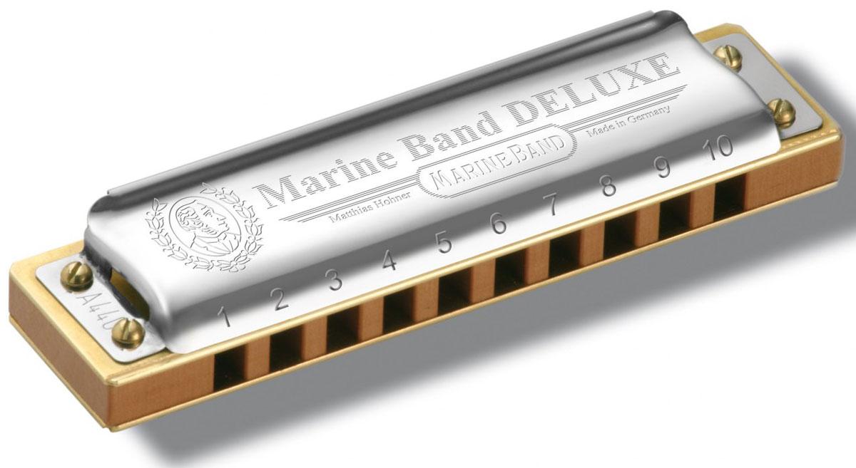 Hohner Marine Band Deluxe 2005/20 A (M200510X) губная гармошкаDNT-17318Hohner Marine Band Deluxe 2005/20 A - это модернизированная модель классического Marine Band 1896/20. В отличии от традиционного варианта, ее корпус не покрыт краской, а выполнен из древесины очень твердой породы и лакирован специальным составом. Крышки в отличии от классики сзади открыты, что придает звучанию дополнительные объем и силу; платы фиксированы к корпусу тремя винтами, а не гвоздями, крышки крепятся при помощи четырех винтов. Эти нововведения придают звучанию дополнительную глубину и бархатистость.20 язычковКоличество отверстий: 10Платы: медь (0,9 мм)Строй: мажорВид: диатоническаяКорпус: Дерево груша (pearwood)Тональность: AДлина: 10 см