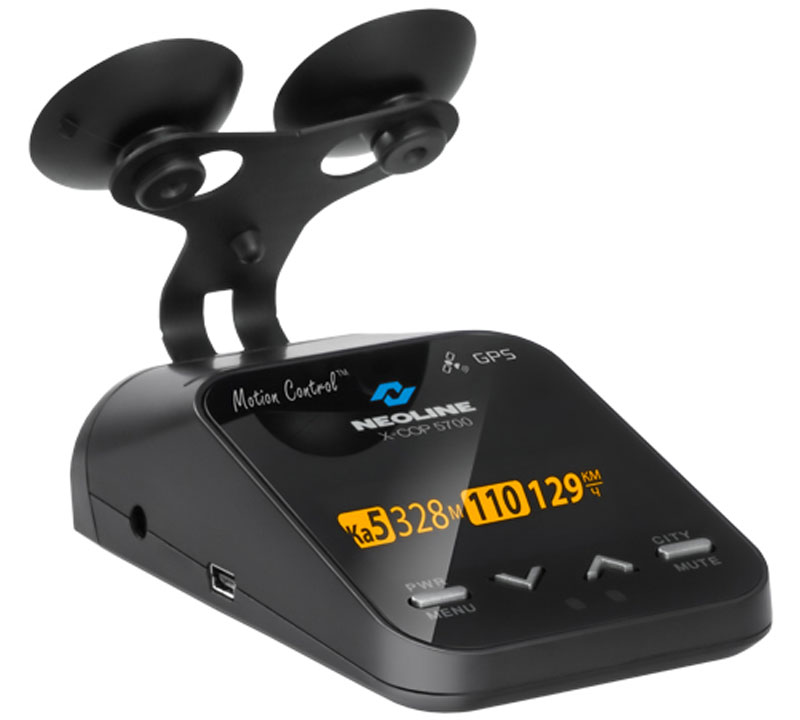 Neoline X-COP 5700, Black радар-детекторX-COP 5700Neoline X-COP 5700 имеет расширенный функционал, запатентованную функцию Motion Control, OTG функцию обновления прошивки и GPS баз, отличное качество сборки и возможность детектирования всего спектра полицейских радаров, в том числе Автодории и Стрелки.Запатентованная технология Motion Control - на передней панели радар-детектора Х-СОР 5700 расположен датчик, реагирующий на жесты: чтобы отключить голосовое и звуковое предупреждение во время приближения к полицейскому радару, водителю достаточно просто провести рукой в 10-15 сантиметрах от устройства и звук будет выключен.В Х-СОР 5700 встроен контрастный OLED дисплей максимальной информативности, на который выводится следующая информация:схематическое изображение типа полицейского радара;разрешенная скорость на участке дороги;тип поступающего сигнала;мощность сигнала;текущая скорость автомобиля;средняя скорость автомобиля;расстояние до точки GPS;текущее время.Управление кнопками и настройка радар-детектора интуитивно понятно. Всего 2 основных и 2 вспомогательных кнопки отвечают за полную настройку Х-СОР 5700.В Х-СОР 5700 интегрирован GPS модуль, который отвечает за обнаружение точек координат полицейских радаров, которые были ранее установлены в базу GPS.GPS база обновляется через сайт компании neoline.ru и содержит в себе координаты полицейских камер России, Беларуси, Казахстана, Украины, Прибалтики, Европы, Азербайджана, Армении, Грузии. Для использования устройства в странах ЕС необходимо отключить все диапазоны частот, при этом только GPS модуль останется активным.Радар-детектор Neoline X-COP 5700 оснащен отдельным модулем детектирования полицейского радара Стрелка. X-COP 5700 настроен на обнаружение камер, которые с помощью видеоблока и технологий оптического распознавания госномера контролируют среднюю скорость автомобиля на участке дороги от 500 м до 10 км - система Автодория. Данная система не излучает радиосигналы, обнаружить ее можно только благодаря установ