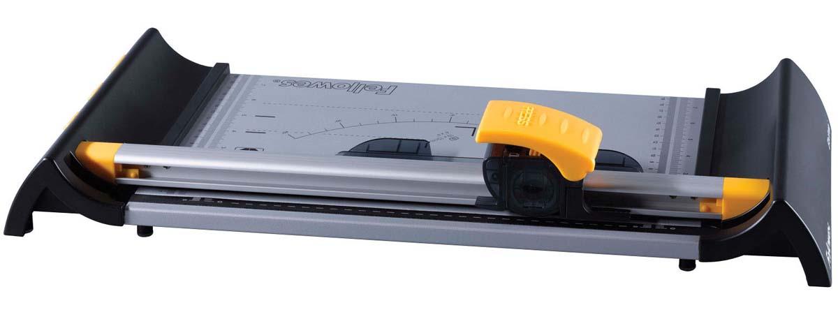 Fellowes Electron A4 резак дисковыйFS-54104Резак дисковый SafeCut™ Electron A4 идеален для работы с небольшим количеством материала дома или в небольшом офисе. Длина реза 320мм, стопа 1мм (10 листов 80г/м2). Инновационная система сменных/заменяемых картриджей - SafeCut™ Картридж. Помещенное в пластиковый картридж лезвие гарантирует полную безопасность для пользователя. Картридж освобождает лезвие только в момент резки. SafeCut™ LED указка показывает линию реза, повышая точность. Прочное металлическое основание со специальными слотами для хранения запасных или сменных картриджей. Комплектуется 1 ножом для прямой резки и 3 дополнительными ножами для различных типов резки (волновой, перфорированный и биговка).
