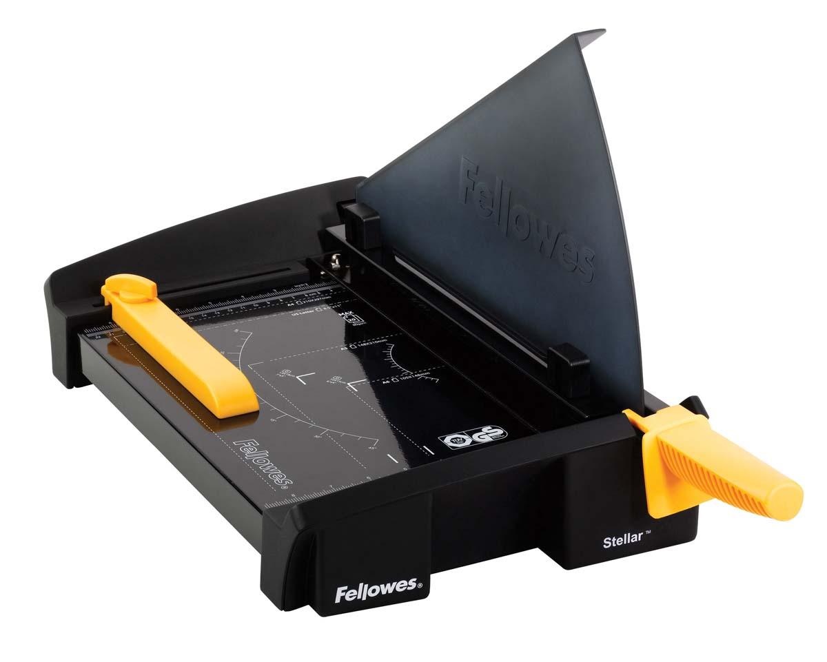Fellowes Stellar A4 резак сабельныйFS-54380Резак сабельный SafeCut™ Stellar A4 идеален для частого использования в офисе. Длина реза 380мм, стопа 2мм (20 листов 80гр/м2). Запатентованный SafeCut™ защитный экран предотвращает вероятность прикосновения пользователя к ножу резака во время работы. Защитный экран уже установлен, перед использованием его необходимо развернуть, что снимает проблему его неправильной установки. Без развернутого защитного экрана резак не работает. Профессиональное лезвие из нержавеющей стали, выдерживающее огромные нагрузки. Автоприжим бумаги для более точного реза. Фиксируемый крепеж края бумаги для работы с большими тиражами. Прочное металлическое основание на нескользящих ножках. .