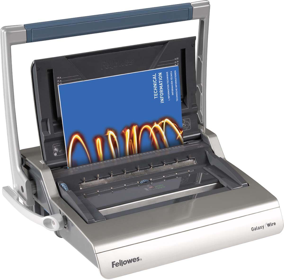 Fellowes Galaxy Wire переплетчикFS-56224Galaxy Wire – высокотехнологичный переплетчик на металлическую пружину. Предназначен для интенсивного использования в большом офисе.Основные характеристики:Кол-во сшиваемых листов: 130 шт.Кол-во пробиваемых листов: 20 шт.Диапазон диаметра пружины: 6-14 мм.Гарантия: 2 года.Брошюровщик оснащен технологиями, которые ускорят и упростят переплет документов: Широкая ручка для перфорации: Удобна в работе как для правшей, так и для левшей. Равномерно распределяет усилия на ножи. Автоматические створки лотка для отходов: При переполнении лотка для отходов створка лотка автоматически открывается, что сигнализирует о необходимости его опустошения. Регулировка закрытия пружины. Обеспечивает контроль за степенью сжатия металлической пружины. Селектор формата: Точное выравнивание листов различных форматов по краю. Селектор диаметра пружин и толщины документа: Простой подбор пружины по толщине документа. Лоток для обложек и пружин. Выдвигаемое хранилище с запатентованным селектором диаметра пружин и толщины документа. Вертикальная загрузка документа: Снижает вероятность перекоса документа во время перфорирования, листы выравниваются под собственным весом