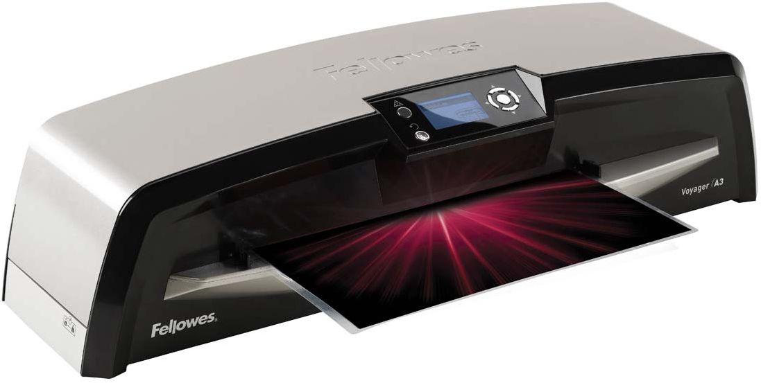 Fellowes Voyager A3 автоламинаторFS-57042Ламинатор Voyager A3 идеален для интенсивной работы в большом офисе. Благодаря новой технологии - Ременное Ламинирование, при котором документ проходит от точки входа до точки выхода, постоянно находясь между гибкими ремнями-пластинами, пользователь получает идеально заламинированный документ. Уникальная технология AutoLam™ исключает этап настройки ламинатора под каждую толщину пленки. Система автоматически определяет оптимальные настройки скорости и температуры для ламинируемой заготовки. Сенсор CleanMe сигнализирует о необходимости чистки ламинатора. Сенсор самостоятельно сканирует механизм на наличие пыли или остатков клея и, в случае их обнаружения, подает сигнал на LCD экран ламинатора. Невиданная простота обслуживания ламинатора обеспечивается технологией Easi-Access. Функция авто-реверса гарантирует исключение замятия даже в случае неверной подачи документа. Эксклюзивная технология HeatGuard™ позволяет безбоязненно дотрагиваться до ламинатора, не боясь обжечься. LCD экран позволяет легко управлять ламинатором и всегда наглядно информирует о текущем состоянии аппарата. Функция SleepMode позволяет снизить объем потребляемой энергии за счет переключения ламинатора в спящий режим.Основные характеристики:Диапазон плёнок 75 – 250 мкмАвтоматическая регулировка температуры и скоростиСкорость ламинирования до 90 см/мин.Время нагрева - 4 минГарантия 2 годаТехнологии: Auto sense Ламинатор автоматически определяет толщину пленки и устанавливает идеальный режим ламинирования. Auto Shut OFF Автоматическое отключение ламинатора после простоя. Heat Guard Запатентованная технология безопасности, уменьшает температуру корпуса на 50% и гарантирует полную безопасность пользователя при прикосновении.Jam Free механизм ClearPath обеспечивает 100% работу без заторов и зажевывания документов при использовании расходных материалов Fellowes.