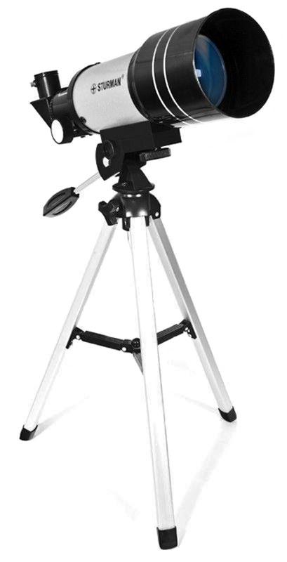 Sturman F30070М телескоп2709Телескоп Sturman F30070M - прекрасный оптический инструмент для первого знакомства с удивительным миром астрономических наблюдений. Оптическая схема телескопа - ахроматический рефрактор с диаметром объектива 70 мм и фокусным расстоянием 300 мм.Максимальное полезное увеличение, которого можно добиться на этой модели телескопа составляет 175 крат. При использовании штатных аксессуаров, например Линзы Барлоу Зх совместно с окуляром 6мм вы получите увеличение 150х, чего будет достаточно не только для наблюдений за планетами Солнечной системы, но также и за объектами сверхдальнего космоса.Телескоп установлен на альт-азимутальной монтировке, которая не требует настройки перед наблюдениями и чрезвычайно проста в использовании. Монтировка имеет удлиненную ручку управления, с помощью которой вы сможете без труда навести свой телескоп на интересующий вас объект. Следует отметить, что Sturman F30070M также можно использовать и в качестве мощной подзорной трубы, наблюдая за городскими пейзажами или природными ландшафтами. Компактные размеры прибора позволят вам отправиться с телескопом за город и насладиться прекрасными видами не только ночного неба, но и дикой природы.Внимание! Запрещается наводить телескоп на Солнце без специального апертурного фильтра, а также на источники яркого освещения, лазерного и ультрафиолетового излучения. Это может вызвать непоправимые повреждения зрения.