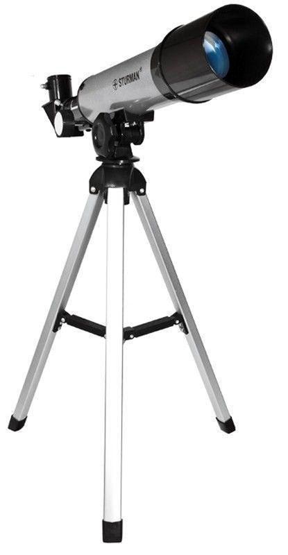 Sturman F36050М телескоп2372Телескоп Sturman F36050М - ахроматический рефрактор с фокусным расстоянием 360 мм и диаметром объектива 50 мм, может стать незаменимым инструментом для первого знакомства с удивительным миром астрономических наблюдении. Максимально полезное увеличение, которого можно добиться на телескопе составляет 125х. Используя штатный окуляр с фокусным расстоянием 6 мм и оборачивающую линзу 1,5х, вы получите увеличение в 90 крат и будете видеть прямое изображение удаленных объектов.Богатая комплектация и простота в эксплуатации позволят вам незамедлительно окунуться в мир наблюдений сразу после сборки телескопа. Компактные размеры дают возможность брать телескоп в любую поездку, он легко поместится в туристический рюкзак или дорожную сумку. Следует отметить, что вы также можете использовать телескоп в качестве мощной подзорной трубы при наблюдении за земными объектами.При максимальном увеличении телескопа в штатной комплектации (90х) вы сможете не только видеть диски планет гигантов Солнечной системы, но также и рассмотреть некоторые их подробности, а именно: пятно неутихающего урагана и полосы облачности на Юпитере, знаменитые кольца Сатурна. Также можно наблюдать за Марсом, Венерой, Ураном, Нептуном и так далее.Пятидесятимиллиметровая апертура телескопа позволит кроме планет Солнечной системы наблюдать также и за объектами дальнего космоса. Вы сможете любоваться обзорными красотами ночного неба, сконцентрировать свое внимание на больших шаровых скоплениях, знаменитых туманностях и т.д.Телескоп комплектуется альт-азимутальной монтировкой и настольным штативом из алюминия. Процесс сборки телескопа и установки его на монтировку чрезвычайно прост, вам даже не потребуется специальных инструментов. Это прекрасное приобретение для юных любителей астрономии. Для наблюдений за высоко расположенными объектами следует воспользоваться диагональным зеркалом (90°), таким образом, вы сможете из удобного положения вести длительные наблюдения.Внимание! Запрещается 
