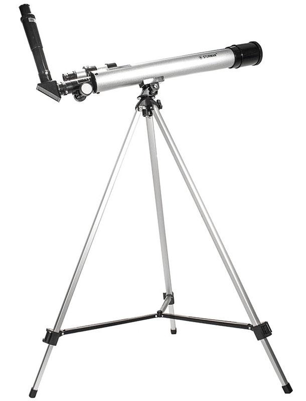 SturmanF60050М телескоп2710Sturman F60050M - телескоп, построенный по оптической схеме ахроматический рефрактор. Фокусное расстояние 600 мм и диаметр объектива 50 мм делают эту модель телескопа прекрасным инструментом для любительских наблюдений за миром звезд и планет.Хорошая комплектация и удобное управление механикой монтировки позволят любителям астрономии окунуться в удивительный мир наблюдений сразу после сборки. Имеющаяся в комплекте поставки оборачивающая линза, предоставляющая пользователям правильно ориентированное изображение, позволит использовать данную модель телескопа в качестве мощной подзорной трубы с диапазоном увеличений от 30 до 150 крат.Телескоп прекрасно подходит для наблюдений за планетами Солнечной системы, с его помощью вам станут доступны такие объекты как: кратеры на Луне, большое пятно неутихающего урагана на гиганте Юпитере, знаменитая щель Кассини в системе колец Сатурна. Кроме того, вы сможете увидеть и многие тысячи объектов дальнего космоса, а именно, удаленные галактики, крупнейшие шаровые скопления звезд и яркие туманности.Sturman F60050M, установленный на альт-азимутальной монтировке, позволит разобраться с несложным ручным управлением даже школьнику. Простота сборки, небольшой вес и габариты делают этот оптический прибор мобильным оптическим инструментом, его можно брать с собой в любую поездку.Внимание! Ни в коем случае нельзя смотреть с помощью телескопа на Солнце, не установив защитный светофильтр! Это может вызвать непоправимые ожоги сетчатки глаз. Кроме того, при повреждении светоотражающего слоя фильтра, его использование категорически запрещается.