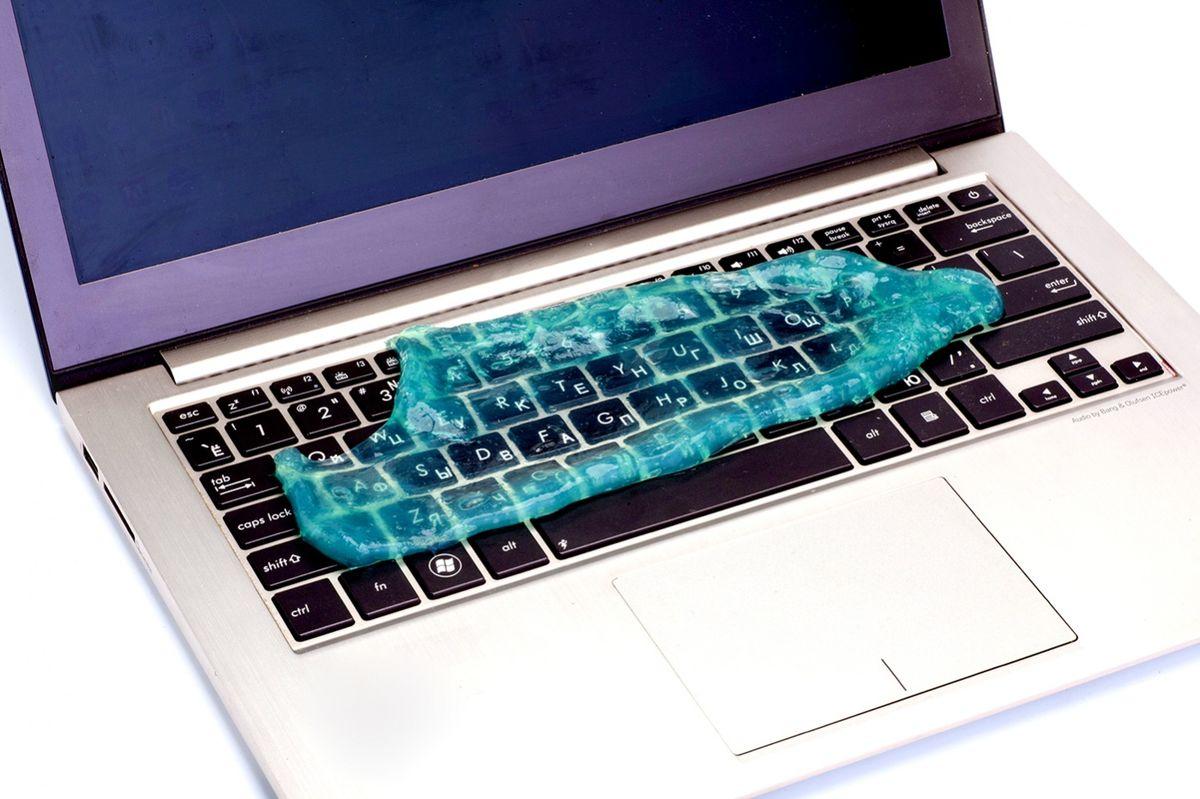 Bradex TD 0354 Лизун очиститель клавиатурыTD 0354Сколько бы вы ни терли поверхность клавиатуры, между кнопками все равно остается грязь? Даже самый дорогой ноутбук выглядит ужасно с посеревшими от пыли кнопками? Избавиться от грязи и пыли в труднодоступном пространстве вокруг клавиш поможет очаровательный очиститель клавиатуры Bradex Лизун! Это липкое желе, напоминающее одноименного героя мультфильма Охотники на приведений:убирает грязь, пыль и крошки из межкнопочного пространства;значительно уменьшает количество вредоносных бактерий;не оставляет пятен на руках и одежде;может использоваться на всех видах техники.Состав: 40% поливинил, 20% глицерин, 20% спирт, 20% пропилпарабенРазмер: около 12,5 см x 17 см
