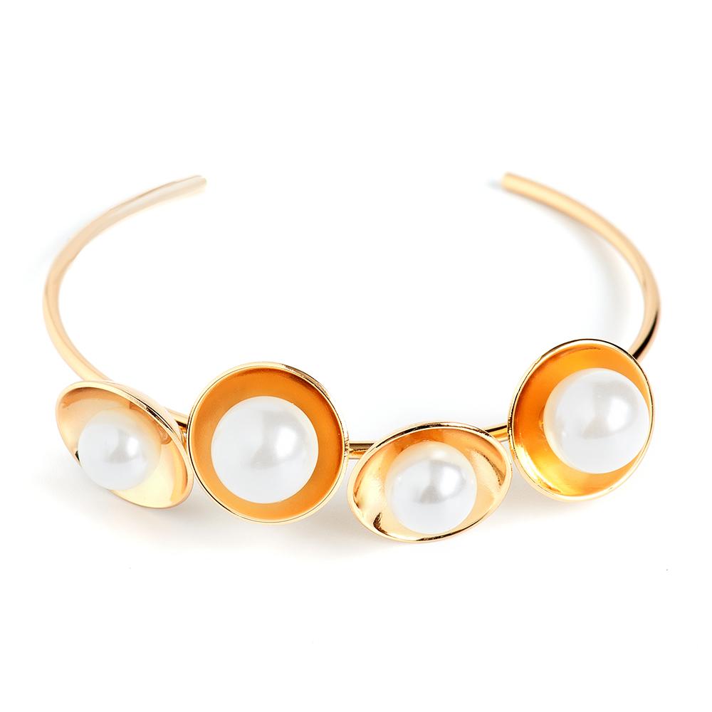 Браслет Selena, цвет: белый, золотистый. 40061340Браслет для шармовИзящный браслет Selena изготовлен из латуни и искусственного жемчуга. Гальваническое покрытие: золото.Стильный браслет поможет дополнить любой образ и привнести в него завершающий яркий штрих.
