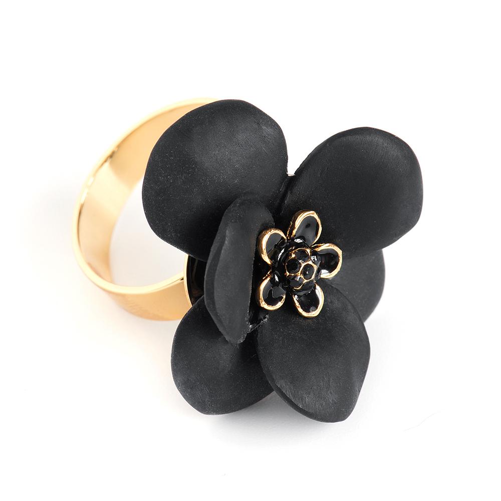 Кольцо Selena, цвет: золотистый, черный. 60026140Коктейльное кольцоОригинальное кольцо Selena выполнено из латуни с гальваническим покрытием золотом. Кольцо декорировано кристаллами Preciosa и керамическими вставками.Элегантное кольцо Selena превосходно дополнит ваш образ и подчеркнет отменное чувство стиля своей обладательницы.Размер кольца регулируется.