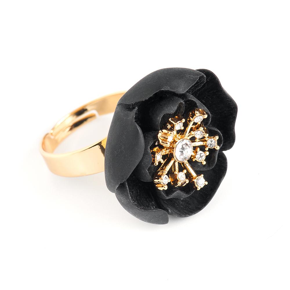 Кольцо Selena, цвет: золотистый, черный. 60026150Коктейльное кольцоОригинальное кольцо Selena выполнено из латуни с гальваническим покрытием золотом. Кольцо декорировано кристаллами Preciosa и керамическими вставками.Элегантное кольцо Selena превосходно дополнит ваш образ и подчеркнет отменное чувство стиля своей обладательницы.Размер кольца регулируется.