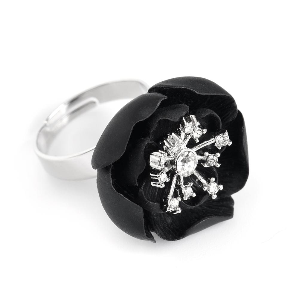 Кольцо женское Selena, цвет: серебристый, черный. 60026160Коктейльное кольцоОригинальное кольцо Selena выполнено из латуни с гальваническим покрытием родием. Кольцо декорировано кристаллами Preciosa и керамическими вставками.Элегантное кольцо Selena превосходно дополнит ваш образ и подчеркнет отменное чувство стиля своей обладательницы.Размер кольца регулируется.