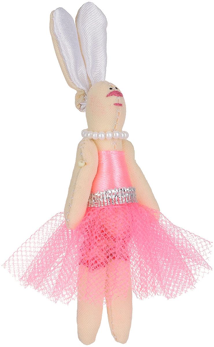 Брошь Зая-принцесса в розовом платье, 7 х 3 см. Ручная работа. Автор Леся КелбаБрошь-булавкаОригинальная брошь Зая-принцесса изготовлена из качественного текстиля. Брошь выполнена в виде фигурки симпатичного животного с подвижными лапками и длинными ушками. Фигурка одета в платье с пышной юбкой и бусы. Товары KELBA создается вручную и с хорошим настроением, чтобы вам принести позитив и удовольствие.Тип крепления - булавка с застежкой. Брошь можно носить на одежде, шляпе, рюкзаке или сумке. Ручная работа. Автор Леся Келба.Просим обратить ваше внимание на то, что работа, выполненная на заказ, может незначительно отличаться от представленной на фото, так как это авторская работа.