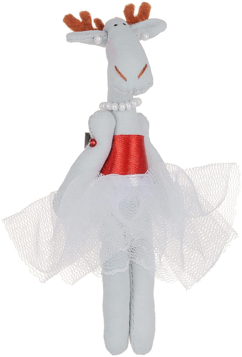 Брошь Голубая лосиха-принцесса в белой юбке, 9 х 3 см. Ручная работа. Автор Леся КелбаБрошь-булавкаОригинальная брошь Лосиха-принцесса изготовлена из качественного текстиля. Брошь выполнена в виде фигурки симпатичного животного с подвижными лапками. Товары KELBA создается вручную и с хорошим настроением, чтобы вам принести позитив и удовольствие.Тип крепления - булавка с застежкой. Брошь можно носить на одежде, шляпе, рюкзаке или сумке. Ручная работа. Автор Леся Келба.Просим обратить ваше внимание на то, что работа, выполненная на заказ, может незначительно отличаться от представленной на фото, так как это авторская работа.