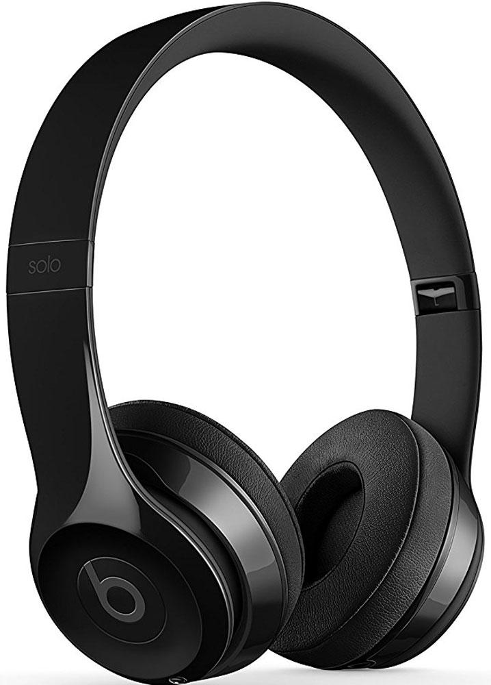 Beats Solo3 Wireless, Gloss Black беспроводные наушникиMNEN2ZE/AНаушники Beats Solo 3 могут работать до 40 часов без подзарядки, чтобы вы могли пользоваться ими каждый день. 5-минутной зарядки Fast Fuel хватит ещё на 3 часа воспроизведения. Фирменное звучание Beats в наушниках с технологией Bluetooth класса 1 будет сопровождать вас повсюду — куда бы вы ни отправились. Расположение чашек с мягкими амбушюрами можно регулировать — вы сможете носить их целый день.Беспроводные наушники Beats Solo3 готовы к работе в любой момент. Включите их и поднесите к своему iPhone — они мгновенно подключатся к нему, а заодно и к вашим Apple Watch, iPad и Mac. В беспроводных наушниках Solo 3 с технологией Bluetooth класса 1 вы сможете слушать музыку где бы вы ни были.Неотъемлемая черта беспроводных наушников Beats Solo3 — знаменитое звучание Beats. Точная настройка акустической системы обеспечивает чистое сбалансированное звучание в широком диапазоне. Мягкие удобные чашки блокируют внешние шумы и позволяют вам услышать все оттенки любимой музыки.Встроенные элементы управления и сдвоенные микрофоны направленного действия позволяют отвечать на звонки, управлять воспроизведением, регулировать громкость и общаться с Siri — куда бы вы ни отправились.Дизайн беспроводных наушников Beats Solo3 выдержан в характерном для линейки стиле — выразительном и минималистичном. Расположение чашек с мягкими амбушюрами можно регулировать — вы сможете носить их целый день. Стремительные изгибы, отсутствие видимых винтов и вращающиеся амбушюры дополняют естественную посадку этих наушников, эргономичная конструкция которых рассчитана на обеспечение оптимального комфорта и качества звучания.