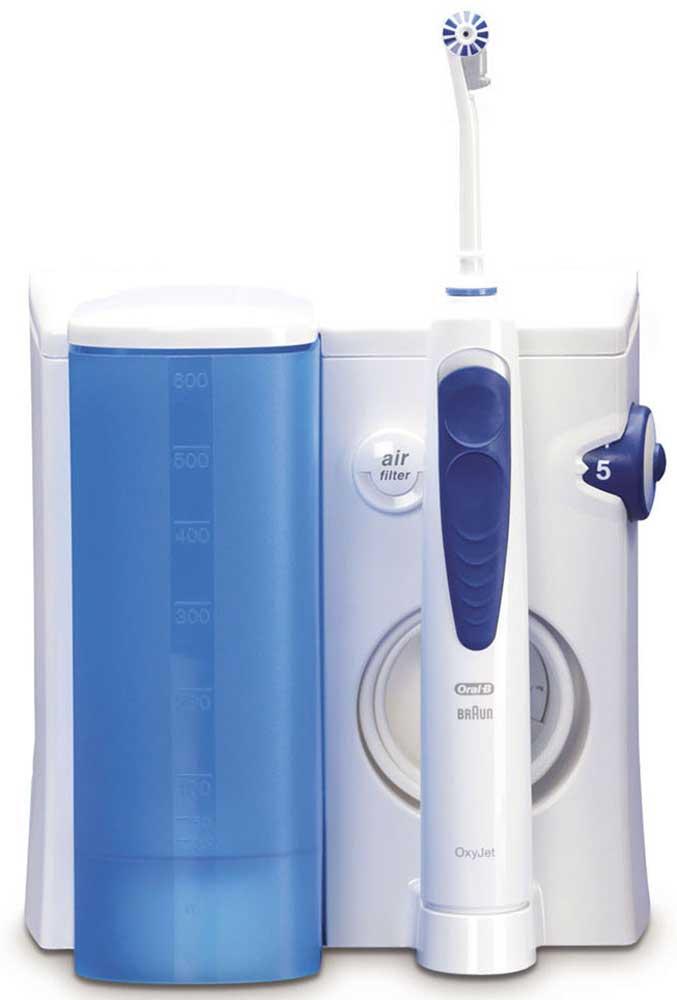 Ирригатор Oral-BProfessional Care Oxyjet4210201378617Профессиональное оборудование для чистки полости рта у вас в ванной!Ирригатор – это гидромассажер для очищения полости рта струей воды, который позволяет качественно удалять остатки пищи из межзубного пространства, а также бережно массировать дёсны и слизистую полости рта.Зачастую труднодоступные участки и межзубное пространство, составляющие большую часть полости рта, остаются плохо очищенными. Это влечёт за собой не только появление неприятного запаха изо рта, изменения цвета эмали, но и более серьезные проблемы. Применение для гигиенты полости рта ирригатора Oral-B Professional Care OxyJet помогает максимально эффективно проводить профилактику возможных проблем.Комплектация: ирригатор Oral-B Oxyjet (1 шт.), насадка для ирригатора (4 шт.), зарядное устройство с подставкой и контейнером для канюлей (1 шт.)* Легко использовать.* Процентное соотношение воды и воздуха в ирригаторах OxyJet 95:5 соответственно. Микропузырьки в струе воды уменьшают количество бактерий и микробов во рту, защищая тем самым от налёта и воспаления дёсен.* Два режима ирригатора обеспечивают комплексный уход за гигиеной полости рта. Монопоток – прямой направленный поток для чистки межзубных пространств и брекет-систем. Турбопоток охватывает больший участок и мягко массирует дёсны, полощет полость рта и удаляет остатки пищи.* Воздушный фильтр очищает воду от частичек пыли* Улучшает здоровье десен* Удаляет налет из труднодоступных мест* Производится в Германии* Разработано со стоматологами