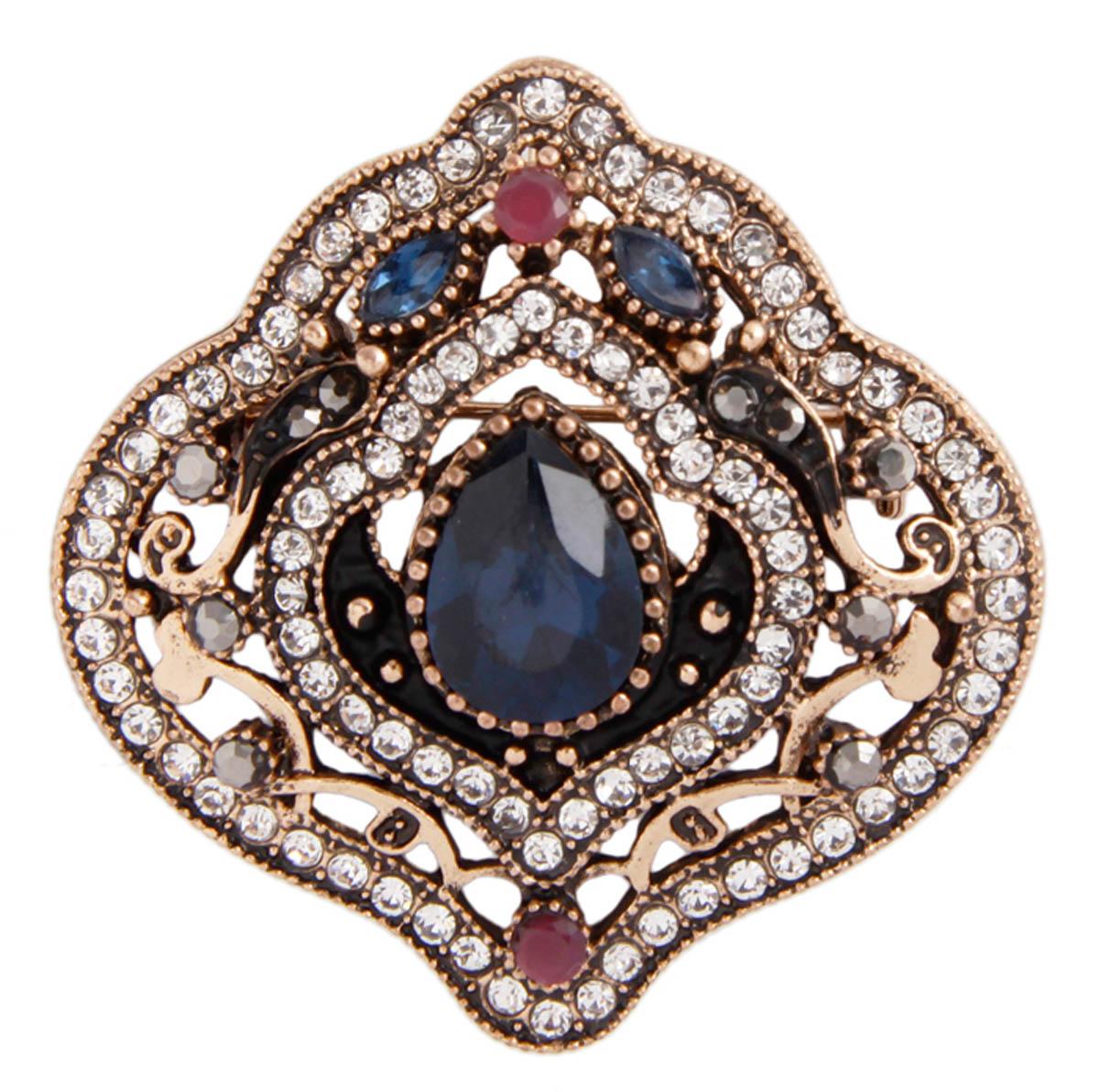 Брошь-подвеска Босфорские мотивы в византийском стиле. Бижутерный сплав, австрийские кристаллы, искусственные камни. Конец XX векаАжурная брошьБрошь-подвеска Босфорские мотивы. Бижутерный сплав, австрийские кристаллы, искусственные камни. Конец ХХ века. Размер 4,5 х 4,5 см. Сохранность хорошая. Предмет не был в использовании. Имеется ушко для подвешивания. Изящное украшение выполнено в ярко выраженном византийском стиле. Брошь украшена целой россыпью австрийских страз, инкрустированы имитацией драгоценных камней. Представленное вашему вниманию изделие отличается высоким уровнем мастерства исполнения, оригинальным авторским дизайном. Этот аксессуар станет изысканным украшением для романтичной и творческой натуры и гармонично дополнит Ваш наряд, станет завершающим штрихом в создании образа.