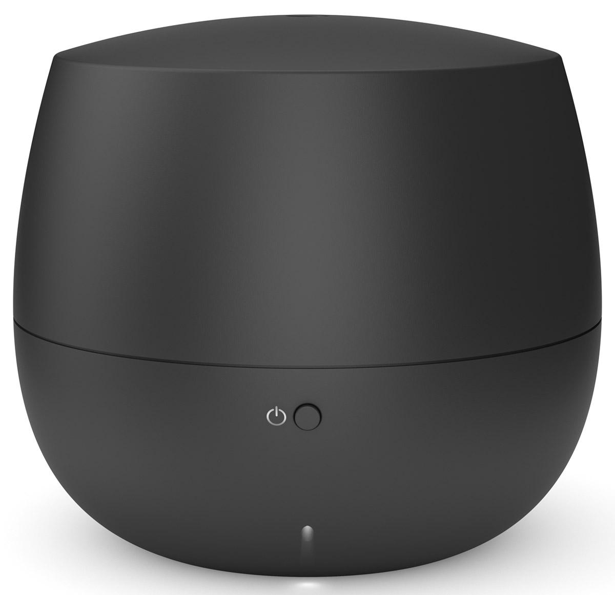 Stadler Form Mia, Black ароматизатор воздуха00000052548Еще несколько шагов по знакомым ступенькам, язычок замка нехотя перевернется, и вы окажетесь дома. Раньше,чем свет покажет вам привычную картину прихожей, вы ощутите едва заметный, ласковый и теплый аромат. Таквас встречает Stadler Form Mia – миниатюрный ароматизатор воздуха для дома.Этот умный ароматизатор выполняет работу эффективно и незаметно. Даже ее символическая подсветканаправлена вниз – Mia словно опустила взгляд. Впрочем, обратить на нее внимание все же стоит: мягкий дизайн,форма которого близка человеку на генном уровне, и теплая матовость материала будут вкусной пищей длявашего чувства прекрасного. Если оставить высокие материи и обратиться к технологиям, то внутри Mia можно обнаружить современнуюутльтразвуковую мембрану. Она превращает воду, в которую вы добавляете любимый аромат, в мелкокапельный легчайший пар. Он хорошо смешивается с воздухом, равномерно наполняя все помещение ненавязчивым благоуханием.Для того чтобы аромат не становился слишком резким, в ароматизаторе предусмотрен интервальный режим.Это означает, что прибор насыщает воздух ароматом в течение 10 минут, а затем отключается на 20 минут, чтобыконцентрация эфирного масла была невысокой, и запах не стал приторным.За счет интервального режима Mia может непрерывно работать 10 часов, а значит – встречать вас успокаивающей лавандой после работы или всю ночь удобрять иммунитет маслом чайного дерева. Насчет спокойствия можно не беспокоиться и смело пускать Mia в спальню: она работает практически неслышно.