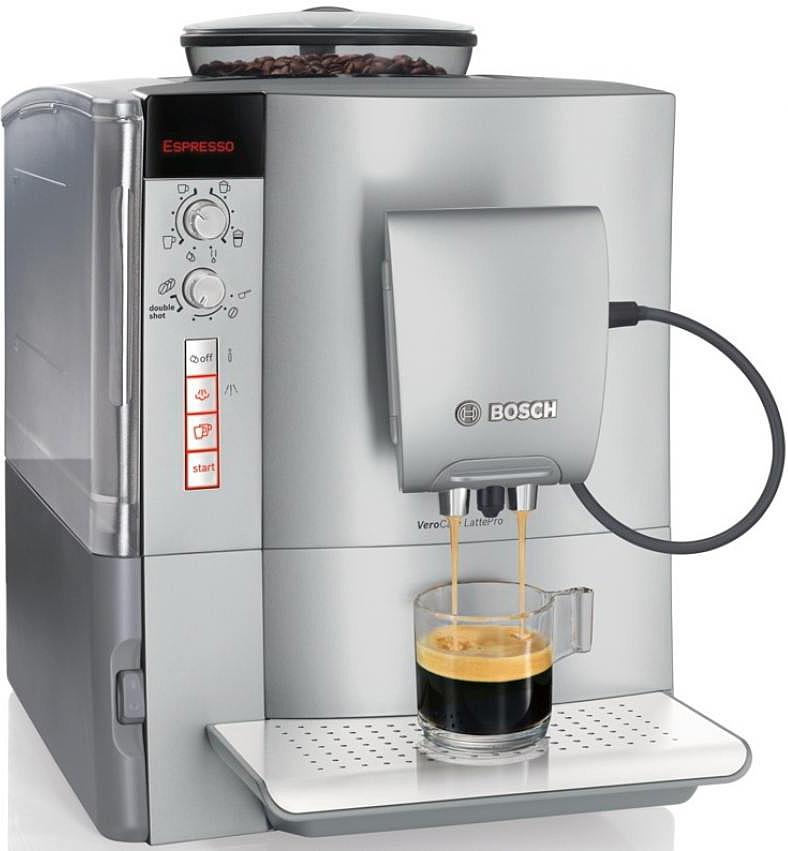 Bosch TES51521RW, Silver кофемашинаTES51521RWBosch TES51521RW - это полностью автоматическая кофемашина.С помощью верхнего поворотного переключателя устанавливается тип напитка, например, эспрессо. Затем с помощью нижнего переключателя устанавливается его крепость.Чтобы наслаждение кофейными напитками длилось как можно дольше, Bosch предлагает специальную функции очистки кофемашины от накипи и масел. Просто активируйте функцию CalcnClean, используя специальные средства по уходу и чистке кофемашин.