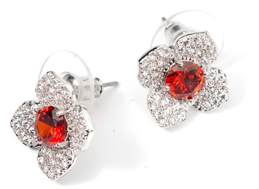 Серьги женские Bradex Красный цветок, цвет: серебристый. AS 0118Серьги с подвескамиСерьги «Красный Цветок» - классическое украшение средних размеров, выполненное из сплава белых металлов. Четыре лепестка, инкрустированные россыпью небольших белых кристаллов, венчает яркая серединка в виде крупного красного камня.