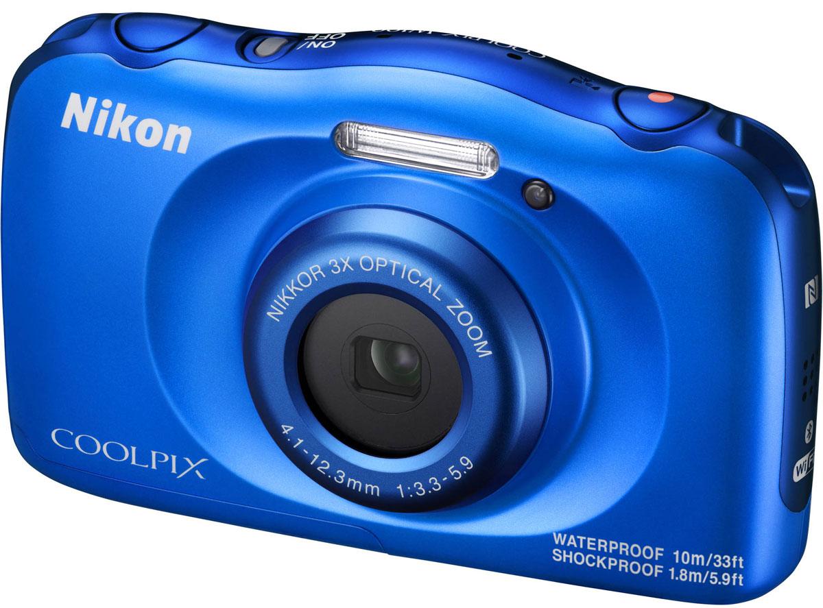 Nikon Coolpix W100, Blue цифровая фотокамераVQA011K001Мгновенно делитесь впечатлениями от отпуска с помощью водонепроницаемой фотокамеры Nikon Coolpix W100.Ее можно использовать под водой на глубине до 10 м; кроме того, она является ударопрочной при падении с высоты до 1.8 м, морозостойкой до температуры -10 °C и пыленепроницаемой, так что с честью выдержит любые испытания.Снимайте высококачественные фотографии и видеоролики в формате Full HD со стереозвуком, а приложение SnapBridge автоматически передаст изображения на интеллектуальное устройство для удобного хранения и оперативной публикации в социальных сетях. Специальные кнопки, предназначенные для выполнения операций одним нажатием, и удобный интерфейс существенно упрощают управление. Предусмотрено даже специальное детское меню.Благодаря SnapBridge ваши высококачественные изображения смогут за считанные секунды произвести фурор в социальных сетях. В этом приложении используется технология Bluetooth Low Energy (BLE) для поддержания постоянной связи малой мощности между фотокамерой и максимум пятью интеллектуальными устройствами. Фотографии можно автоматически передавать на телефон или планшет по мере съемки. Просто возьмите в руки свое интеллектуальное устройство, и ваши фотографии уже будут на нем: размер изображений, синхронизированных во время съемки, автоматически изменяется, поэтому их можно легко просматривать или редактировать в привычном приложении, а также быстро публиковать в социальных сетях. Если вы не хотите автоматически синхронизировать все снимки, удобные средства управления позволят вам синхронизировать лишь некоторые из них, передавать изображения с большим разрешением и синхронизировать видеоролики.Снимайте великолепные видеоролики в кругу друзей и семьи одним касанием кнопки. Просто нажмите специальную кнопку видеосъемки и начните запись видео в формате Full HD 1080p со стереозвуком. Вы будете готовы в любой момент начать видеосъемку неповторимых динамичных событий, а плавность видеороликов о