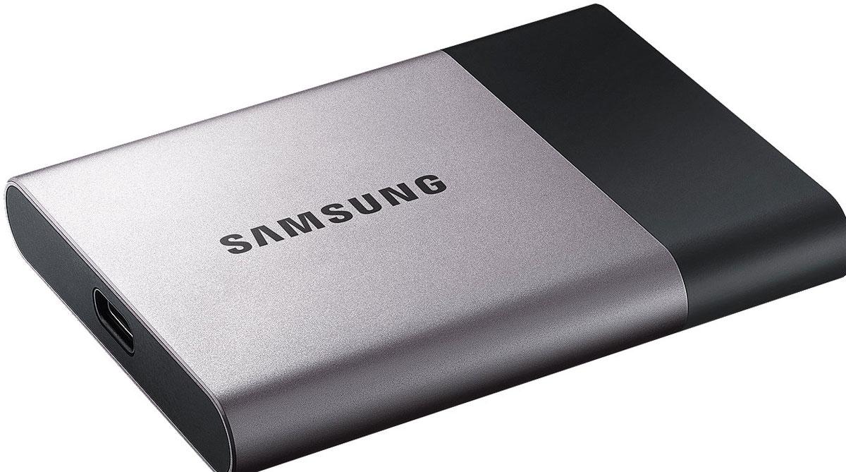 Samsung T3 Portable 1TB SSD-накопитель (MU-PT1T0B/WW)MU-PT1T0B/WWПортативный SSD-накопитель Samsung серии Т3 устанавливает стандарты для скорости, емкости, надежности и простоты подключения. Хранить важные данные на таком диске можно уверенно, безопасно, а получить к ним доступ - предельно быстро.Вес накопителя составляет всего 51 грамм, что максимально удобно при работе в дороге, частом перемещении и активной работе, а по размеру диск больше напоминает банковскую карту, чем накопитель.Защиту накопителя обеспечивает внешний ударопрочный алюминиевый корпус и внутреннее шасси, а данные от несанкционированного доступа убережет дополнительное AES 256-битное аппаратное шифрование.Т3 совместимы с популярными операционными системами, благодаря чему вы можете легко подключить его к ПК, устройствам Android и другим. С дополнительным приложением Samsung Portable SSD для Android, USB 3.1 type-C портом подключения и USB type-C кабелем для передачи информации, пользователи могут легко управлять диском и получать доступ к содержимому.