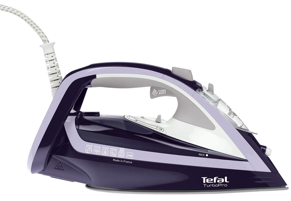 Tefal FV5615 TurboPro утюгFV5615E0Паровой утюг TurboPro оснащен новейшей системой Tefal Turbo Boost для производства мощного пара, который проникает глубоко в ткань и разглаживает даже самые стойкие складки. Мощность 2600 Вт обеспечивает быстрый нагрев утюга и высокое качество глажения для быстрого и безупречного результата каждый день.Новая технология Tefal Durilium AirGlide обеспечивает идеальное скольжение для быстрого и легкого глажения, гарантирует оптимальное распределение пара и непревзойденный результат. Уникальное покрытие Autoclean, созданное в Tefal, защищает подошву утюга от любых пятен и поддерживает ее в безупречном состоянии.Постоянный пар 50 г/мин обеспечивает оптимальное количество пара при глажении для удаления любых складок.Паровой удар до 200 г/мин разглаживает самые стойкие складки. Используйте функцию парового удара, чтобы разгладить самые стойкие и неподдающиеся складки или чтобы освежить вашу одежду при вертикальном отпаривании.Автоотключение для повышенной безопасности. Если утюг случайно останется без присмотра – он выключится автоматически. В вертикальном положении при бездействии утюг выключится через 8 минут. В горизонтальном положении при бездействии утюг выключится через 30 секунд.Функция Капля-стоп предотвращает попадание капель воды на вашу одежду во время глажения.Эко-функция сохраняет до 20% электроэнергии во время использования прибора.
