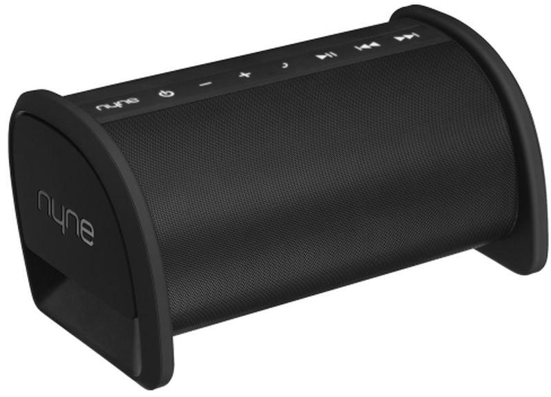 Nyne Basspro, Black портативная Bluetooth-колонка71000234Bluetooth колонкас улучшенным качеством звучания и расширенным радиусом беспроводного приема.Bluetooth 4.0 с радиусом действия 30 мСтерео звук 2.1Защита от брызг IPX4Скрытая ручка для переноскиПодсветка кнопокАдаптер питания со штекерами на все страны мираМикрофон для громкой связиNFC для соединения в одно касаниеМобильное зарядное устройство~12 часов работы от встроенного аккумулятораAUX-вход и AUX-выход ПодключениеBluetooth 4.0,3,5 мм Aux-in,NFCПитаниеаккумулятор (время работы ~12 ч)Аудиосистема 2.1 с двумя активными динамиками и активным сабвуферомРазмеры343 x 177,8 x 158,7 ммДополнительноIPX4,встроенный микрофон,встроенный Power Bank,встроенная ручка для переноски,поддержка 4 типов сетевых розеток,панель управления с подсветкой,индикатор уровня зарядаКомплектациякраткое руководство пользователя,универсальный AC-адаптер с 4 коннекторами для разных стран,кабель 3,5 мм
