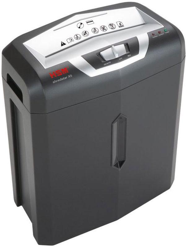 HSM Shredstar X5 шредер1043111Шредер HSM Shredstar X5 создан для уничтожения небольших объёмов бумаги и может быть использован как дома, так и в небольших офисах компаний. 3-й уровень секретности позволит уничтожать одновременно 7 листов до частиц размером 4.0 x 38 мм.Режущие ножи персонального шредера изготавливаются из тщательно подогнанных друг к другу стальных цилиндров. Это позволяет режущему механизму служить максимально долго и кардинально снизить уровень шума, что делает шредер HSM Shredstar X5 идеальным для работы в офисных кабинетах.Благодаря пониженному трению между ножами, снижается мощность, потребляемая уничтожителем, а ножи практически не изнашиваются. Возможное попадание вместе с бумагой степлерных скрепок не повлияет на работу шредера, но не рекомендуется их специальное уничтожение.Шредер оснащен кнопками включения питания, реверса и режима непрерывной работы. Двигатель включается автоматически при загрузке материалов в приемное окно и выключается после окончания работы. Режим непрерывной работы заставляет двигатель работать постоянно, тем самым вы экономите время на уничтожение больших объёмов документов.