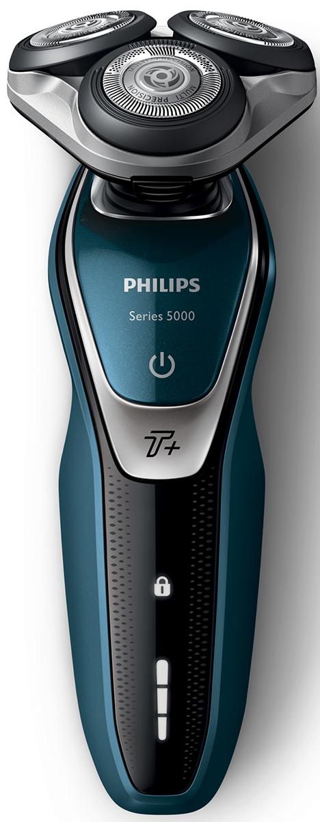 Philips S5672/41 электробритва с насадкой-стайлером и чехлом для путешествийS5672/41Бритва Philips S5550/44 обеспечивает освежающее бритье и защищает кожу.Система лезвий MultiPrecision с закругленными краями бритвенных головок легко скользит по коже для бережного и безопасного бритья.Уплотнение Aquatec позволяет выбирать наиболее комфортный способ бритья: быстрое и комфортное сухое бритье или влажное бритье с использованием геля или пены. Вы можете использовать прибор даже в душе.Мощность увеличена на 20 % для более быстрого бритья даже густой бороды.Быстрое и гладкое бритье. Система лезвий MultiPrecision в несколько движений приподнимает и срезает волоски и щетину.Головки Flex двигаются независимо друг от друга в 5 направлениях. Это гарантирует оптимальный контакт с кожей для быстрого и гладкого бритья даже на шее и подбородке.На интуитивно понятном дисплее отображается вся необходимая информация, что позволяет в полной мере использовать все возможности вашей бритвы: трехуровневый индикатор аккумулятора, индикатор очистки, индикатор низкого заряда аккумулятора, индикатор сменной головки, индикатор дорожной блокировки.Один цикл зарядки обеспечивает от 60 минут автономной работы или примерно 20 сеансов бритья. Бритва работает только в беспроводном режиме.Мощный энергоэффективный и долговечный литий-ионный аккумулятор обеспечивает долгое время работы бритвы после каждой зарядки. Быстрой зарядки в течение 5 минут хватает для проведения одного сеанса бритья.Насадка-стайлер для бороды с 5 установками длиныИзмените свой образ с помощью насадки-стайлера SmartClick для бороды. 5 установок длины на выбор подходят для создания идеальной щетины или моделирования аккуратной короткой бороды. Закругленные кончики и гребни предотвращают появление раздражения.
