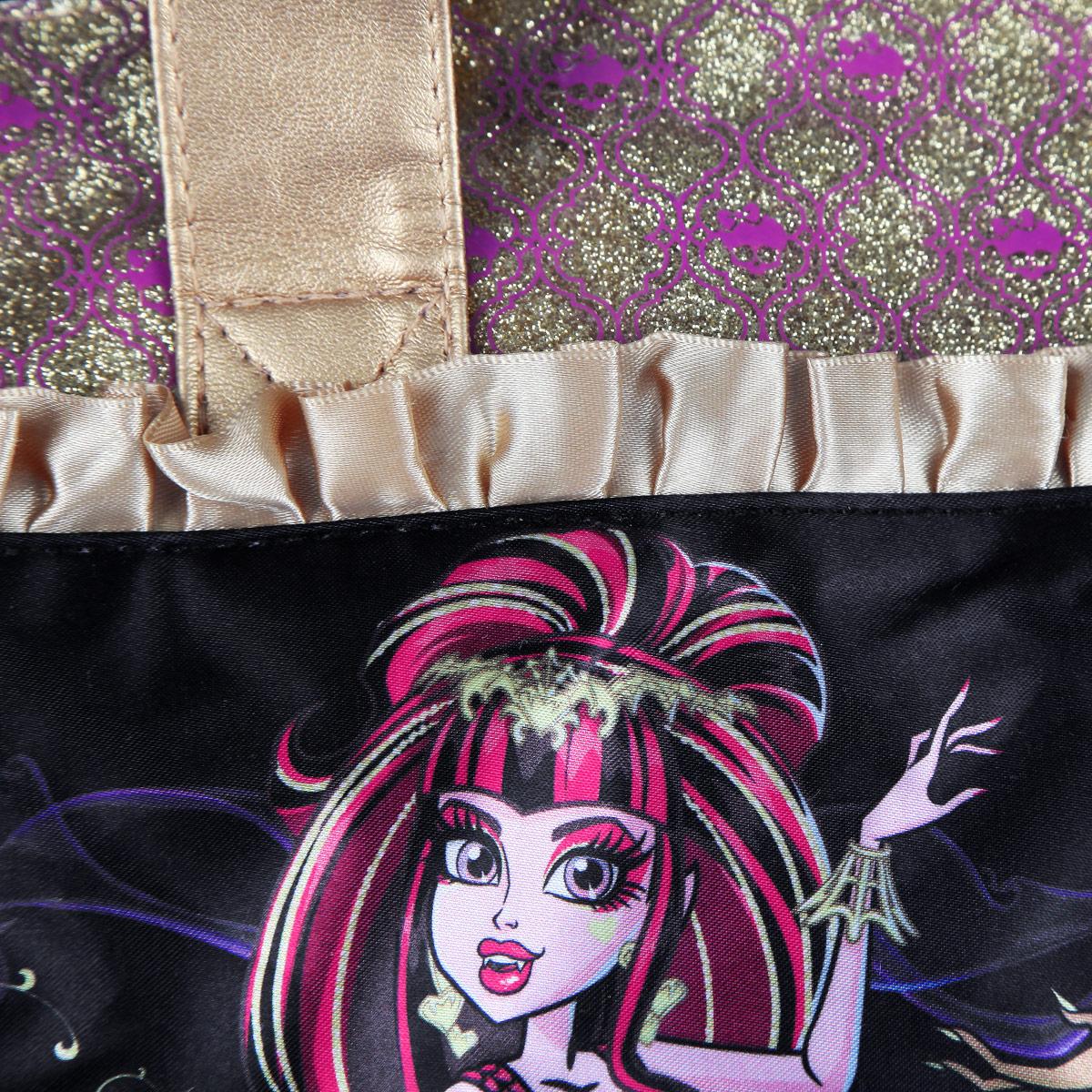 Стильная детская сумочка Monster High, оформленная изображением героинь известного мультсериала Школа Монстров, несомненно, понравится вашей малышке.Сумочка имеет одно отделение, закрывающееся на застежку-молнию, куда можно положить все необходимые принадлежности и аксессуары, и две небольшие ручки золотистого цвета, выполненные из искусственной кожи. Внутри сумки расположен накладной карман для мобильного телефона. Сумочка декорирована атласными золотыми рюшами, а также вставкой из ПВХ, украшенной узорами с блестками. Бегунок молнии декорирован резиновым элементом в виде черепа. Высота ручек 18 см.Каждая поклонница Школы Монстров будет в восторге от такого аксессуара!