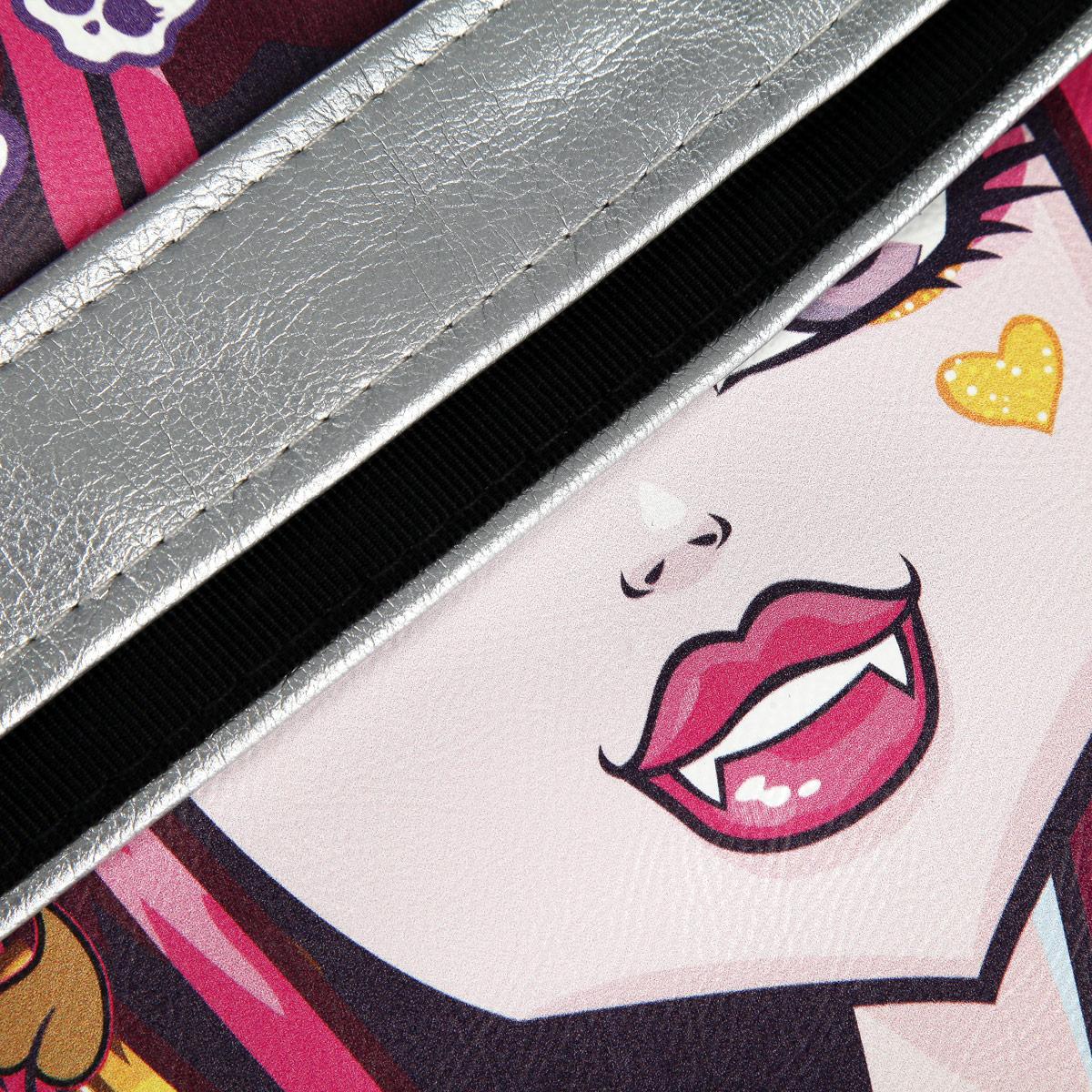 Молодежная сумка Monster High сочетает в себе современный дизайн, функциональность и долговечность.Она выполнена из искусственной кожи и оформлена изображением одной из героинь популярного мультсериала Школа Монстров.Сумка имеет одно вместительное отделение, разделенное пополам карманом-средником на молнии. Внутри - вшитый карман на молнии. Закрывается сумка на застежку-молнию.С задней стороны сумки находится вшитый карман на молнии.Сумка оснащена плечевым ремнем регулируемой длины, максимальная длина -128 см, минимальная - 52 см.Такая сумка приведет в восторг поклонниц Школы Монстров!