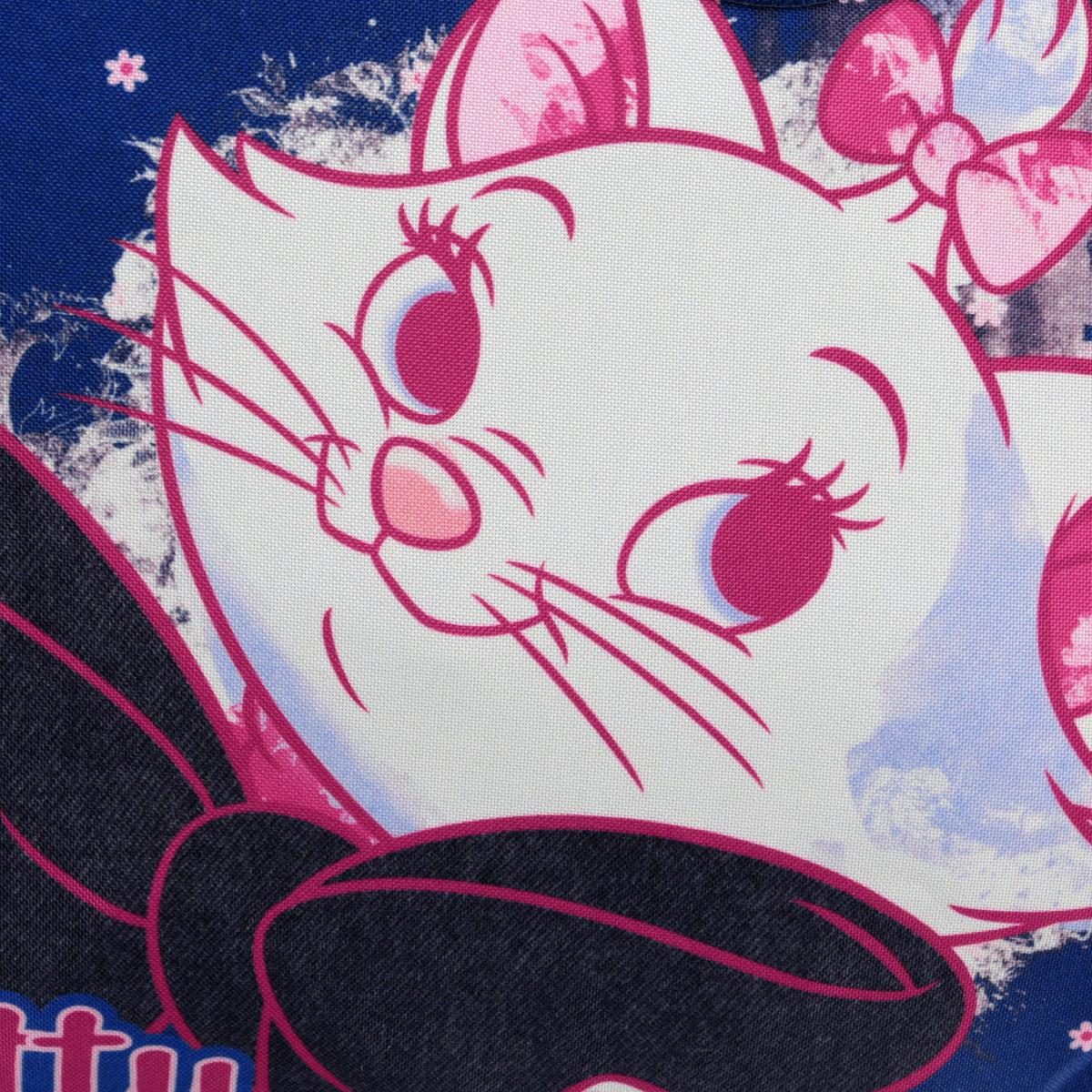 Стильная сумочка Marie Cat порадует любую модницу и поклонницу мультфильма.  Сумочка имеет одно вместительное отделение, закрывающееся на молнию. Лицевая сторона сумочки оформлена изображением очаровательной кошечки. Она оснащена ручками для переноски в руке. Высота ручек 20 см. Каждая юная поклонница популярного мультфильма будет рада такому аксессуару.  Предназначено для детей 7-10 лет.