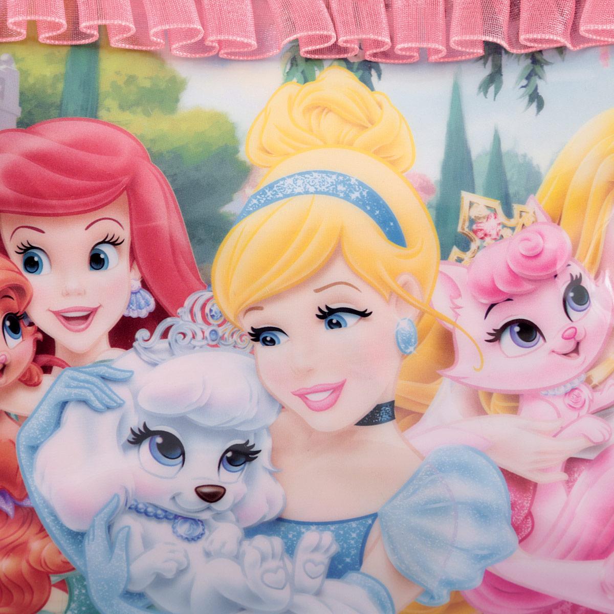 Детская сумочка Princess - это модный аксессуар для юной поклонницы популярного мультсериала . Сумочка выполнена из прочного материала ярко-розового цвета и оформлена с лицевой стороны аппликацией из ПВХ с изображением трех принцесс и обрамлена текстильной рюшкой. Сумочка содержит одно отделение и закрывается с помощью застежки-молнии. Сумочка оснащена не регулируемыми ручками для переноски в руке.  Порадуйте свою малышку таким замечательным подарком!  Предназначено для детей 7-10 лет.