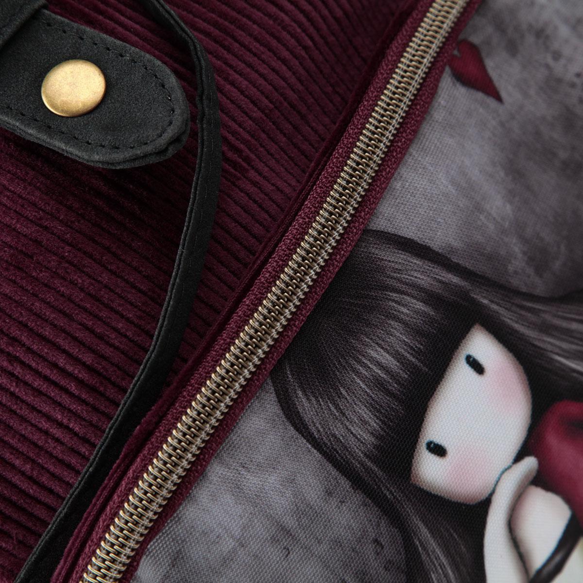 Стильный рюкзак Santoro Gorjuss для очаровательной модницы с трогательным принтом - это идеальная модель для учебы или отдыха. Легкий и удобный рюкзак станет незаменимым аксессуаром. Вместительное внутреннее отделение закрывается клапаном на кнопке и шнурком, в него поместятся все необходимые школьные принадлежности. Дополнительный фронтальный карман закрывается на молнию с металлическим замком в форме сердечка и предназначен для средних и мелких предметов, боковые кармашки закрываются на кнопки. Внутреннее отделение содержит дополнительный карман на молнии и два небольших открытых кармана. Лямки рюкзака свободно регулируются по длине, обеспечивая удобство и комфорт, ручка сверху позволяет с легкостью носить его в руках. Лаконичный и сдержанный дизайн подчеркнет индивидуальность и порадует своей функциональностью.