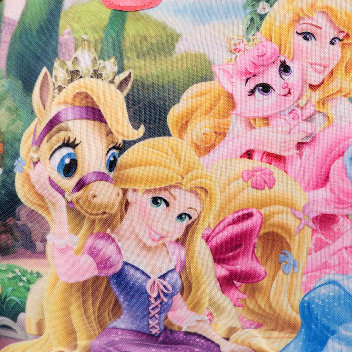 Стильная сумочка Princess порадует любую модницу и поклонницу мультфильма.  Сумочка имеет одно вместительное отделение, закрывающееся на молнию. Лицевая сторона сумочки оформлена изображением трех принцесс с животными. Сумочка оснащена ручками для переноски в руке. Высота ручек 20 см. Каждая юная поклонница популярного мультфильма будет рада такому аксессуару.  Предназначено для детей 7-10 лет.