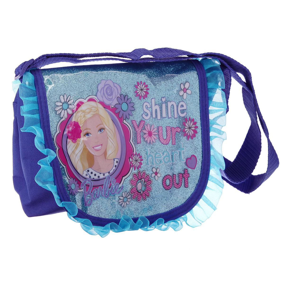 Стильная детская сумочка Barbie, оформленная изображением известной игрушки Барби, несомненно, понравится вашей малышке. Сумочка имеет одно вместительное отделение, закрывающееся на металлическую застежку-молнию и перекидной клапан на липучках, что дает элегантность и дополнительную сохранность содержимого сумочки. Клапан оформлен каймой-рюшкой и вставкой с блестками, которые покрывает защитный слой ПВХ. Сумочка оснащена регулируемым по длине ремнем для переноски, благодаря чему подойдет детям любого роста. Каждая юная поклонница популярной серии игрушек, будет рада такому аксессуару.   Предназначено для детей 7-10 лет.